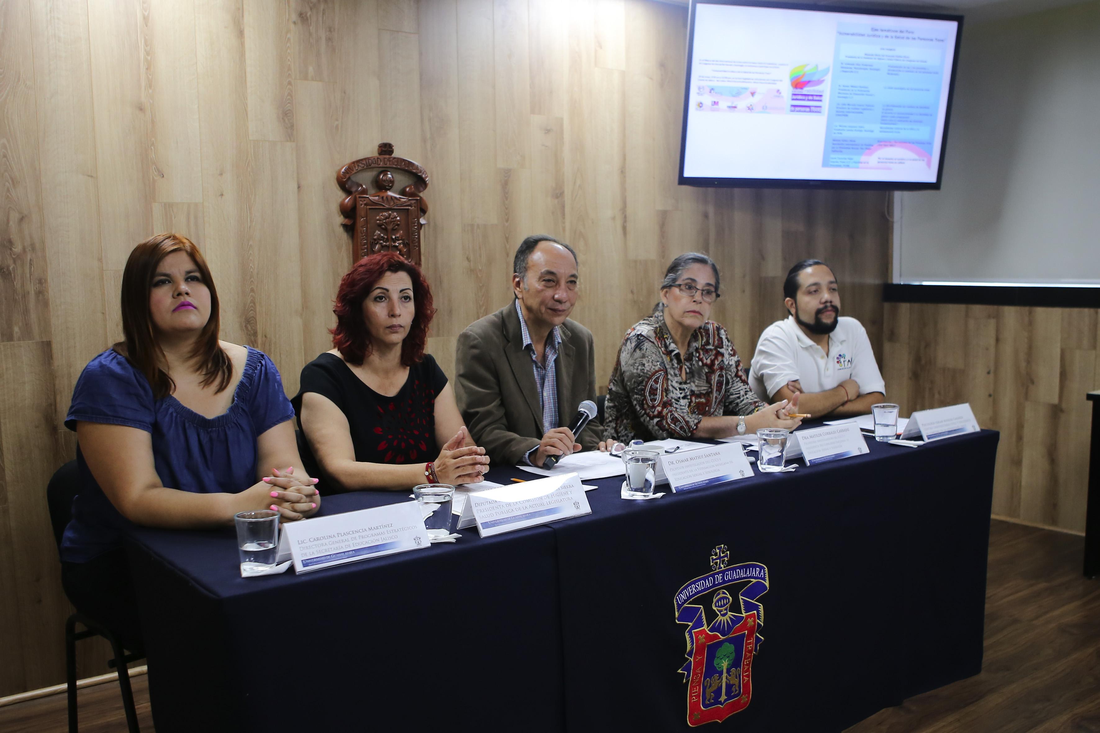Representantes de la Universidad de Guadalajara, Secretaría de Salud y la sociedad civil organizada, participando en rueda de prensa.