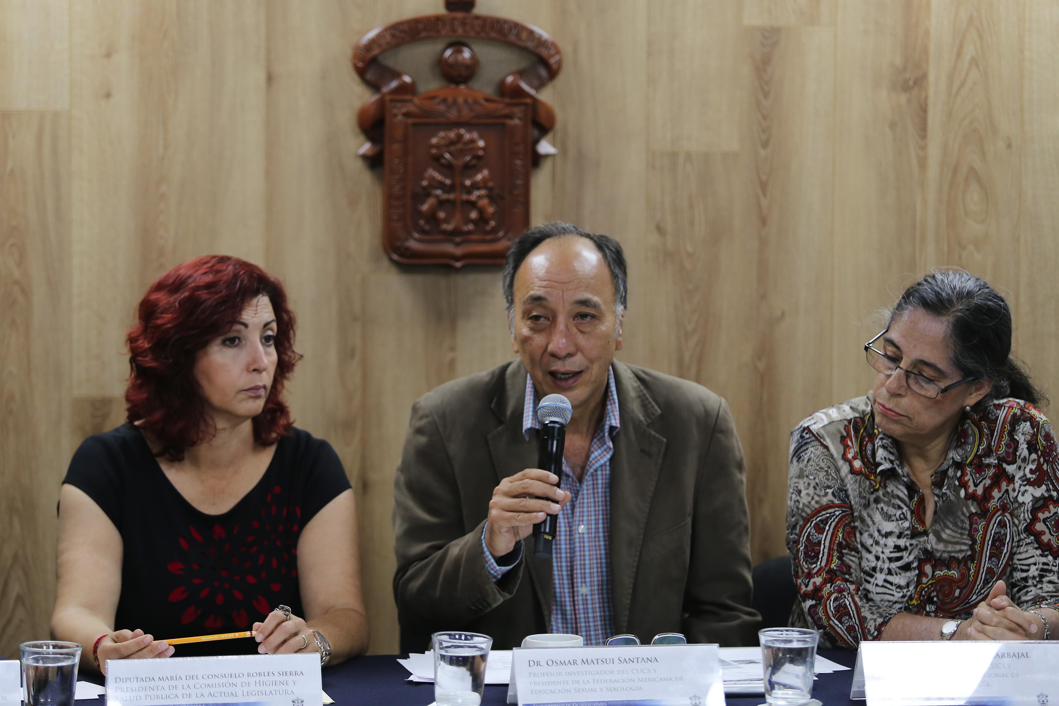 Doctor Osmar Matsui Santana, profesor investigador del Centro Universitario de Ciencias de la Salud (CUCS) y presidente de la Federación Mexicana de Educación Sexual y Sexología (FEMESS), haciendo uso de la palabra.