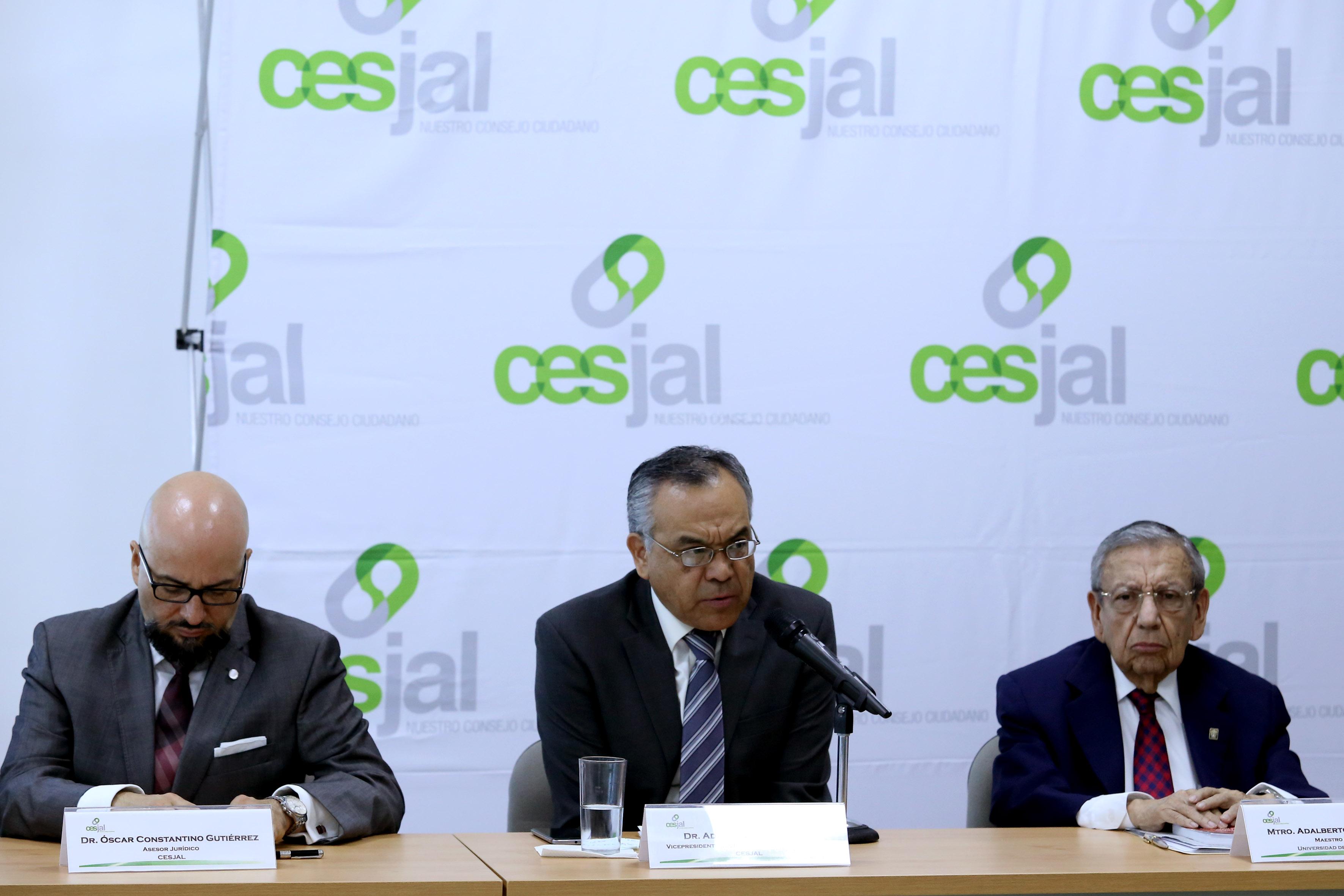 Doctor Adrián de León Arias, académico de la Universidad de Guadalajara y vicepresidente del Sector Académico–Asistencial, haciendo uso de la palabra.