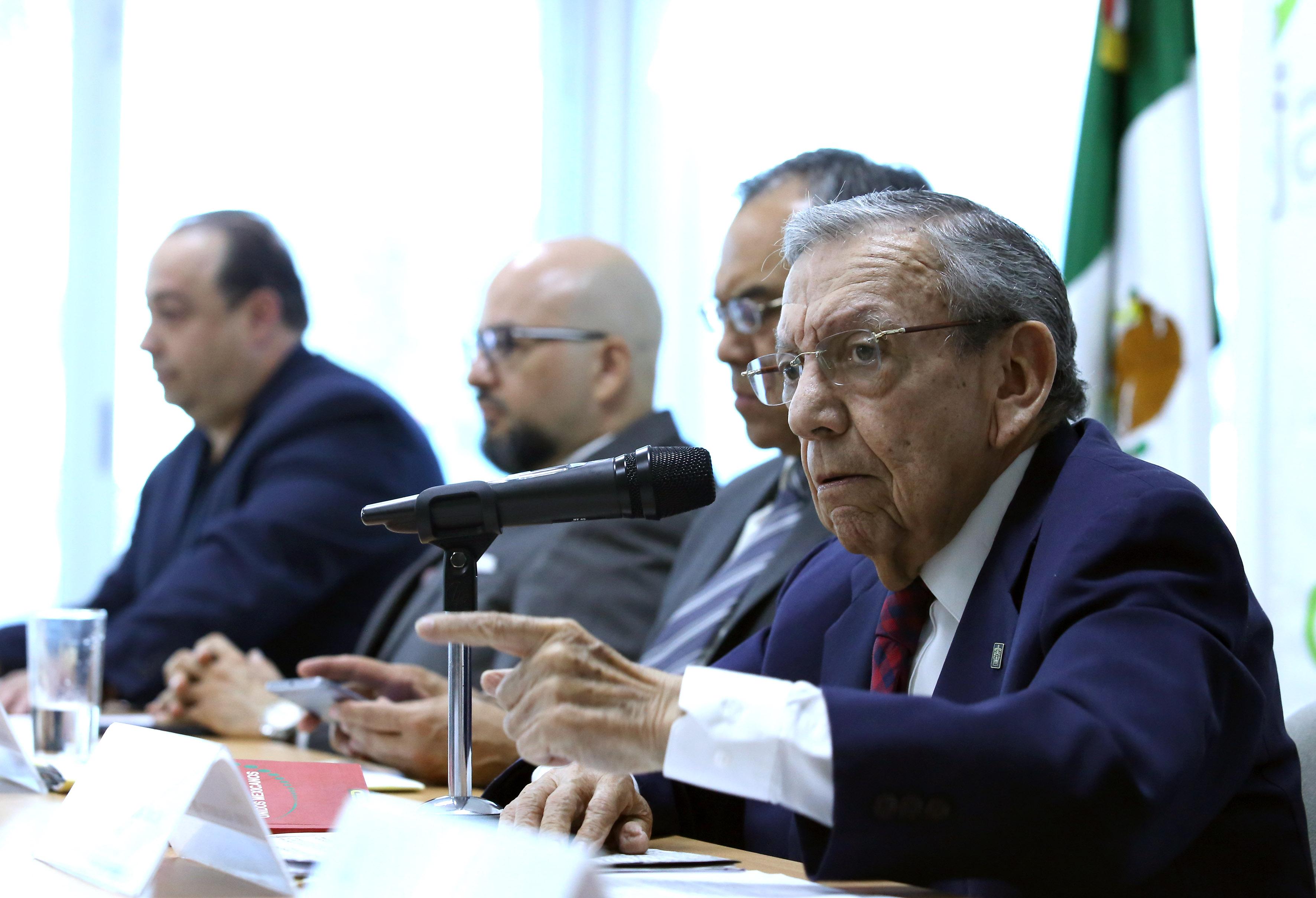Maestro Adalberto Ortega Solís, ex vicepresidente de Cesjal y Profesor Emérito de la Universidad de Guadalajara, participando en rueda de prensa.