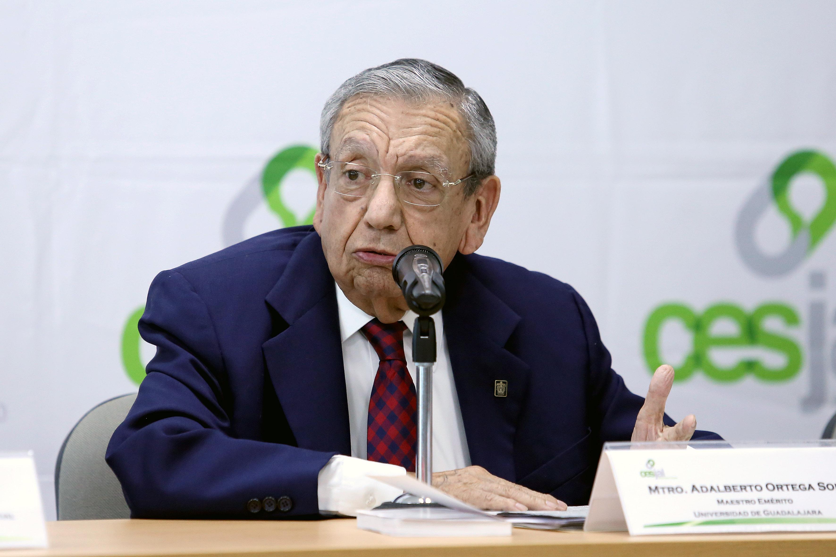 Maestro Adalberto Ortega Solís, ex vicepresidente de Cesjal y Profesor Emérito de la Universidad de Guadalajara, haciendo uso de la voz.