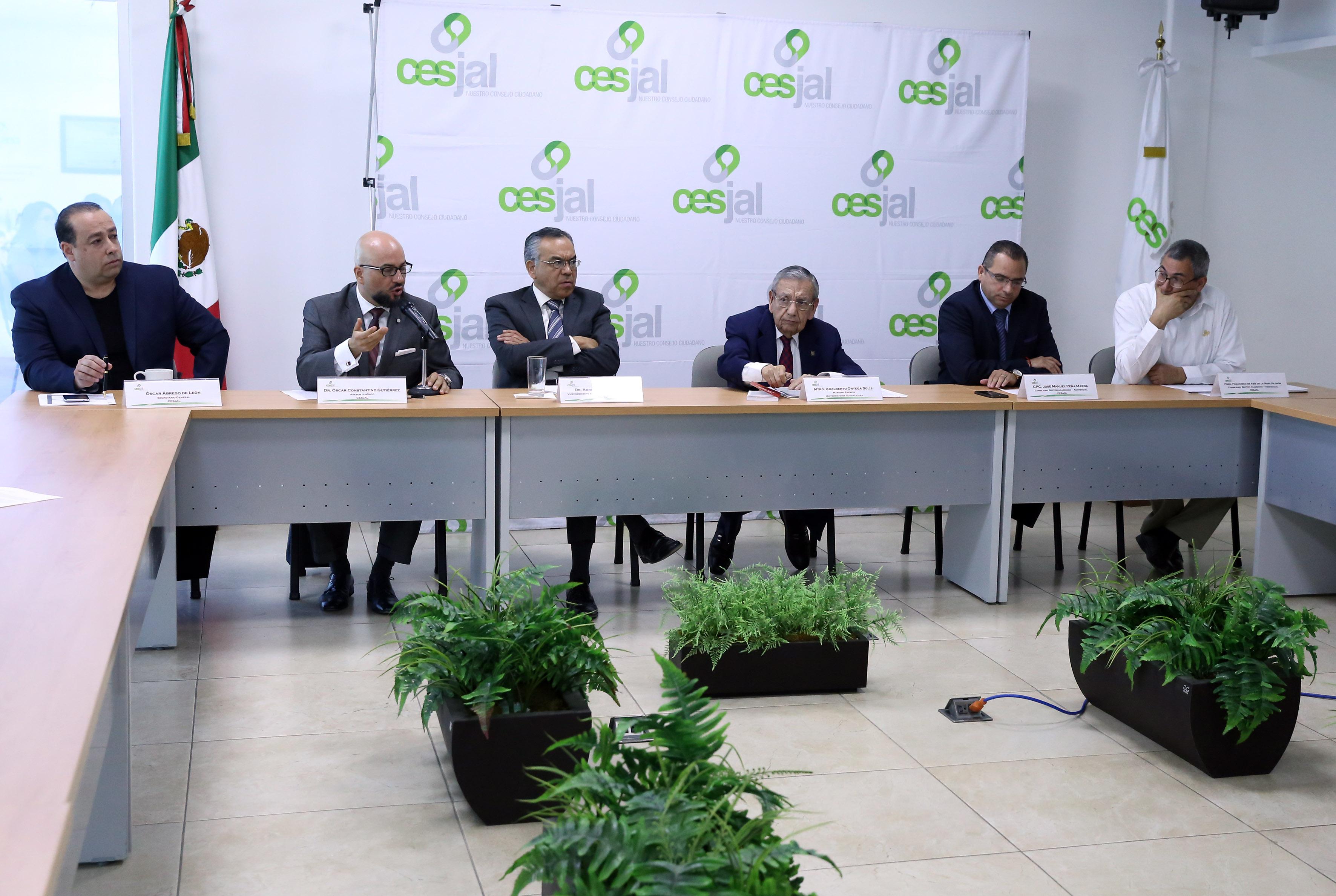 Doctor Oscar Constantino Gutiérrez, asesor jurídico del Consejo Económico y Social del Estado de Jalisco para el Desarrollo y la Competitividad (Cesjal), participando en rueda de prensa.