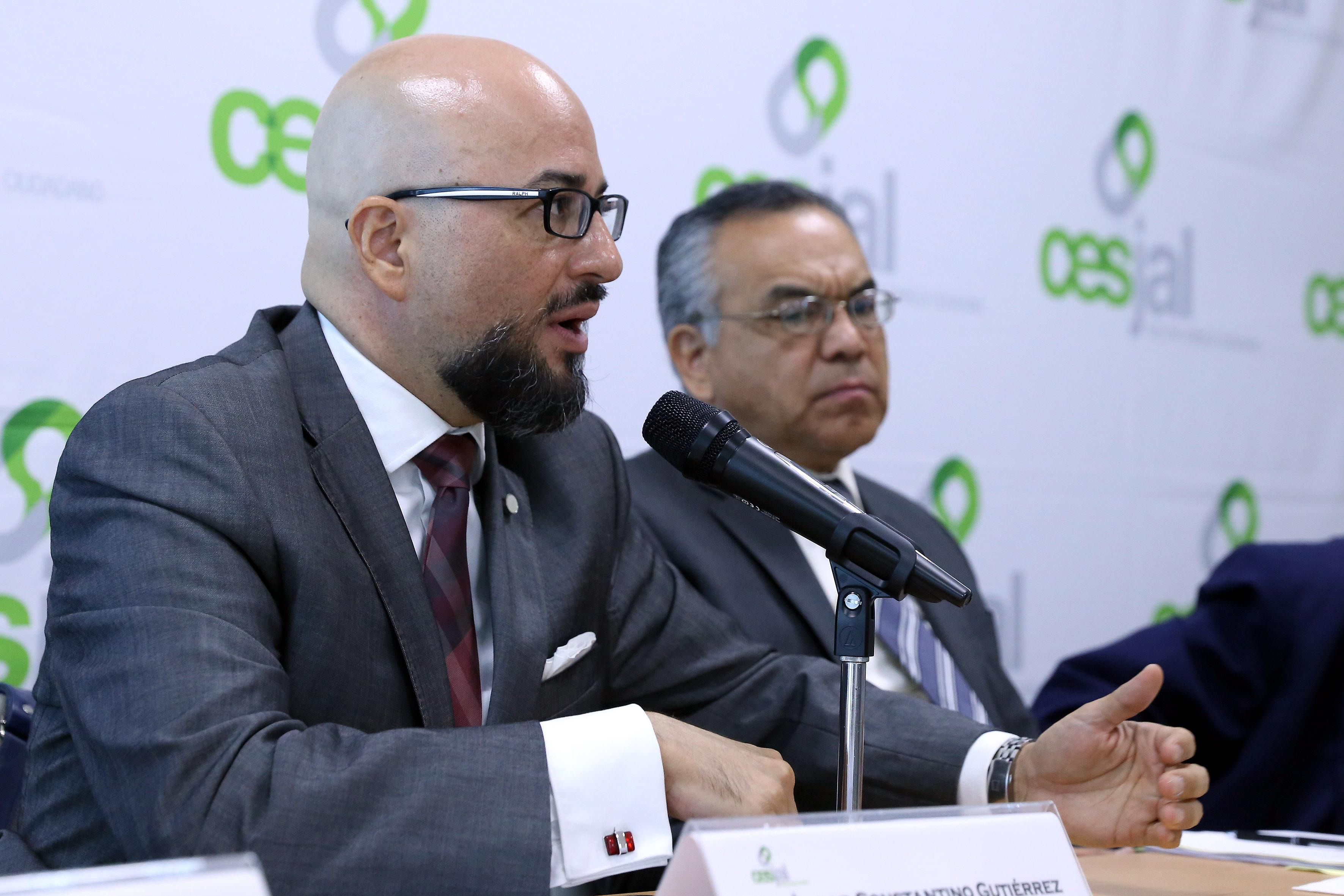 Doctor Oscar Constantino Gutiérrez, asesor jurídico de (CESJAL), participando en rueda de prensa.