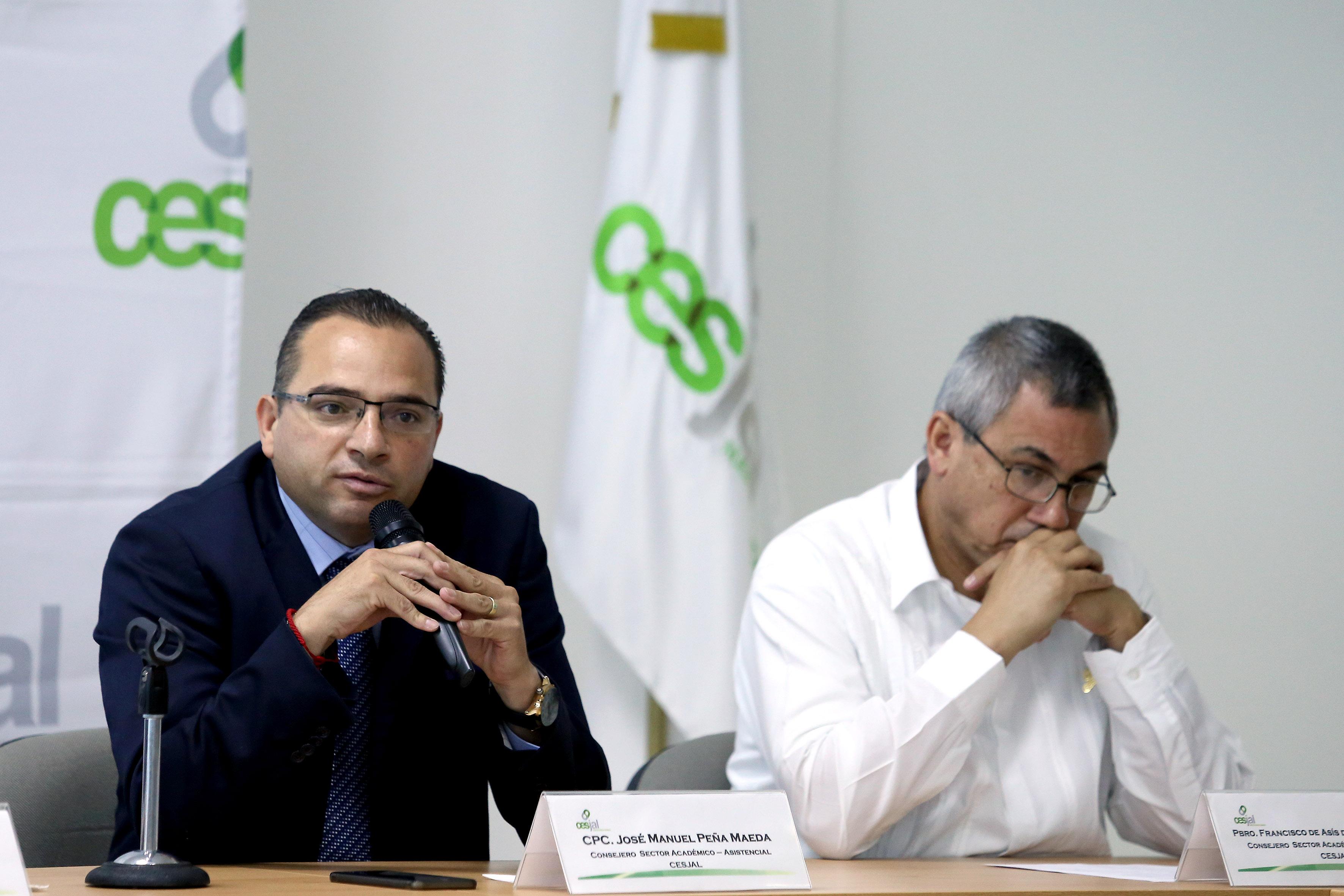 José Manuel Peña Maeda, Consejero del Sector Académico-Asistencial, con micrófono en mano, haciendo uso de la palabra.