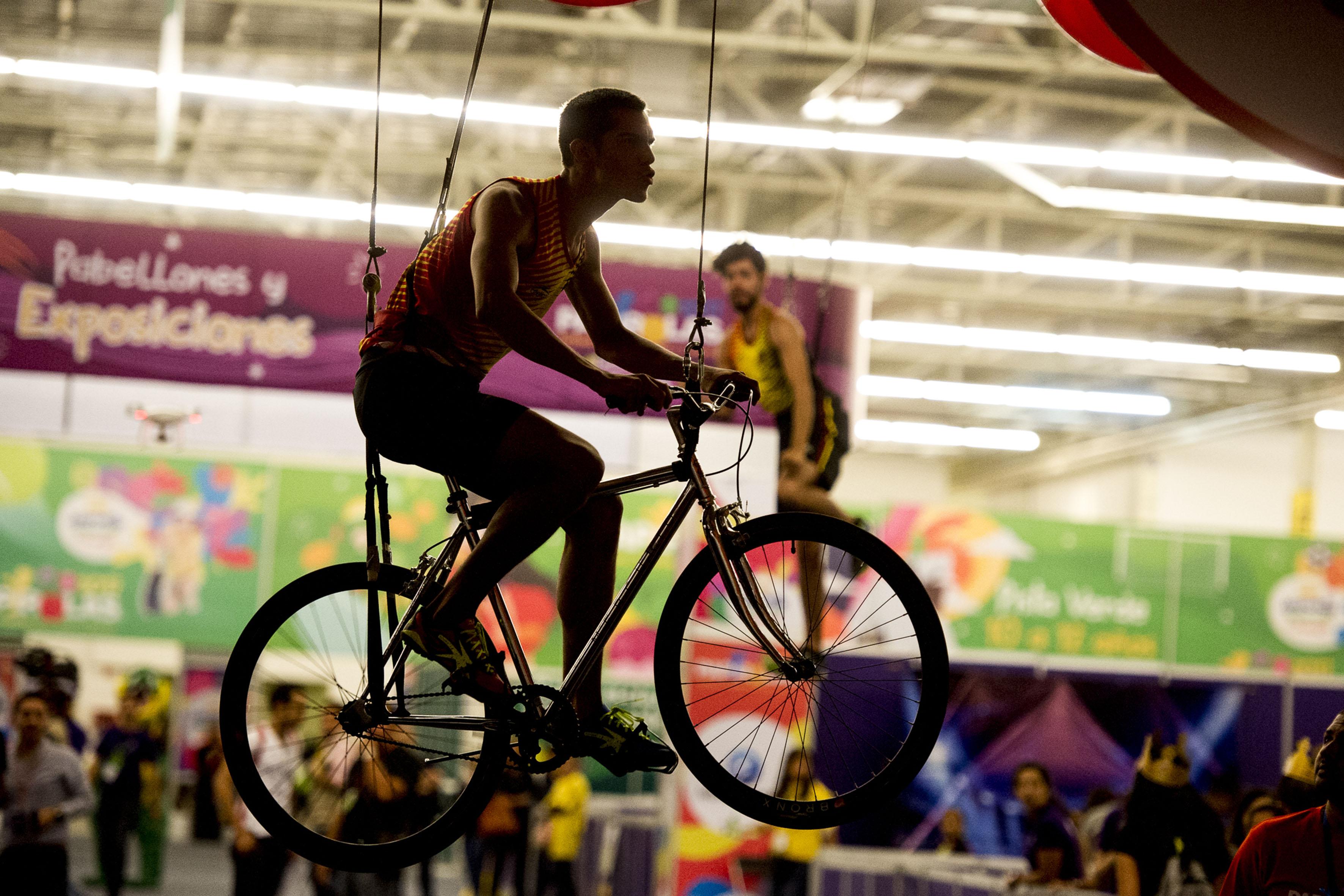 Demostración del deporte del ciclismo, mientras la bicicleta está suspendida en el aire para poder mostrar la acción de la misma; durante la Inauguración del Festival Papirolas 2017.