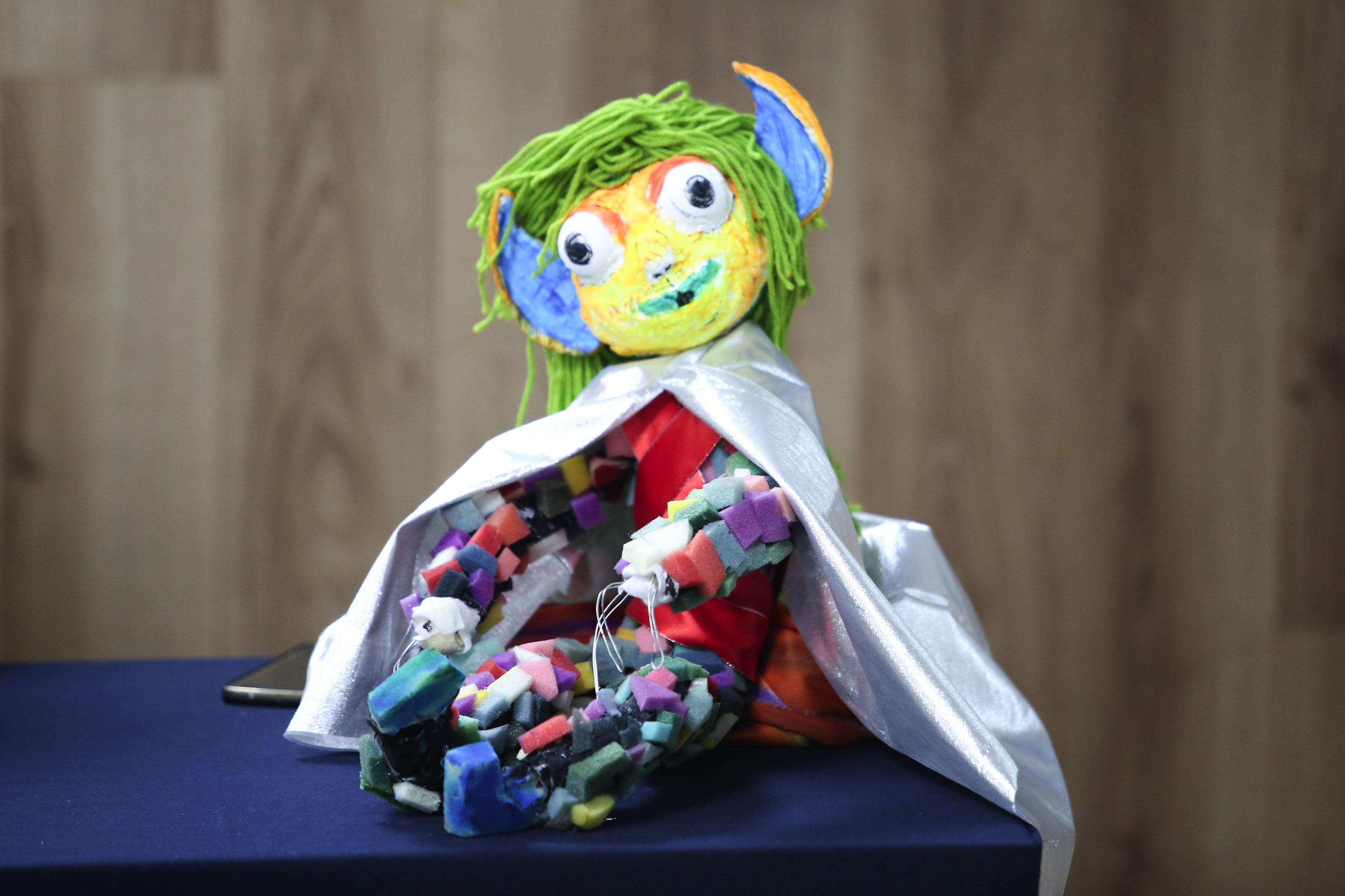 Muñeco, eleborado con diferentes materiales de reciclaje.