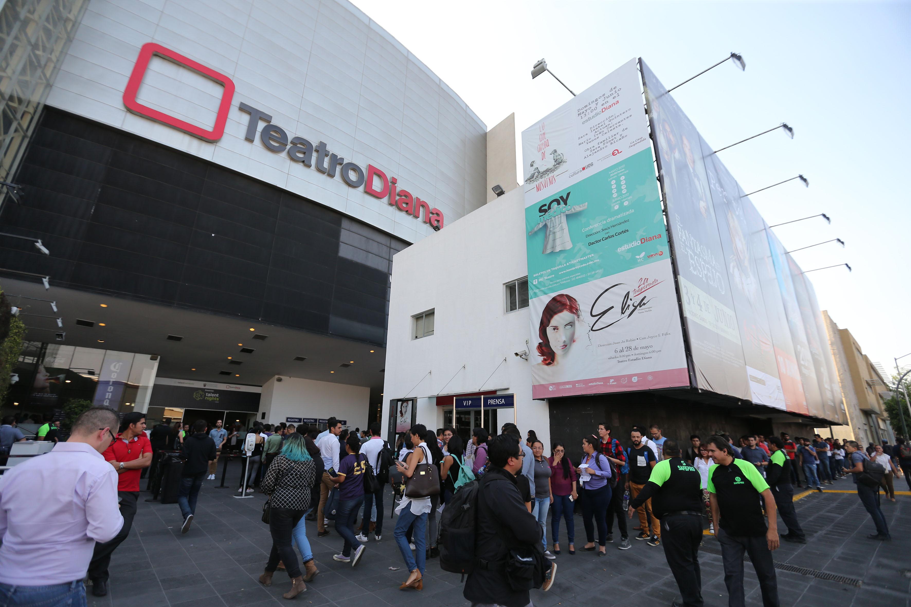 Exteriores del Teatro Diana, mientras los asistentes van entrando al recinto.