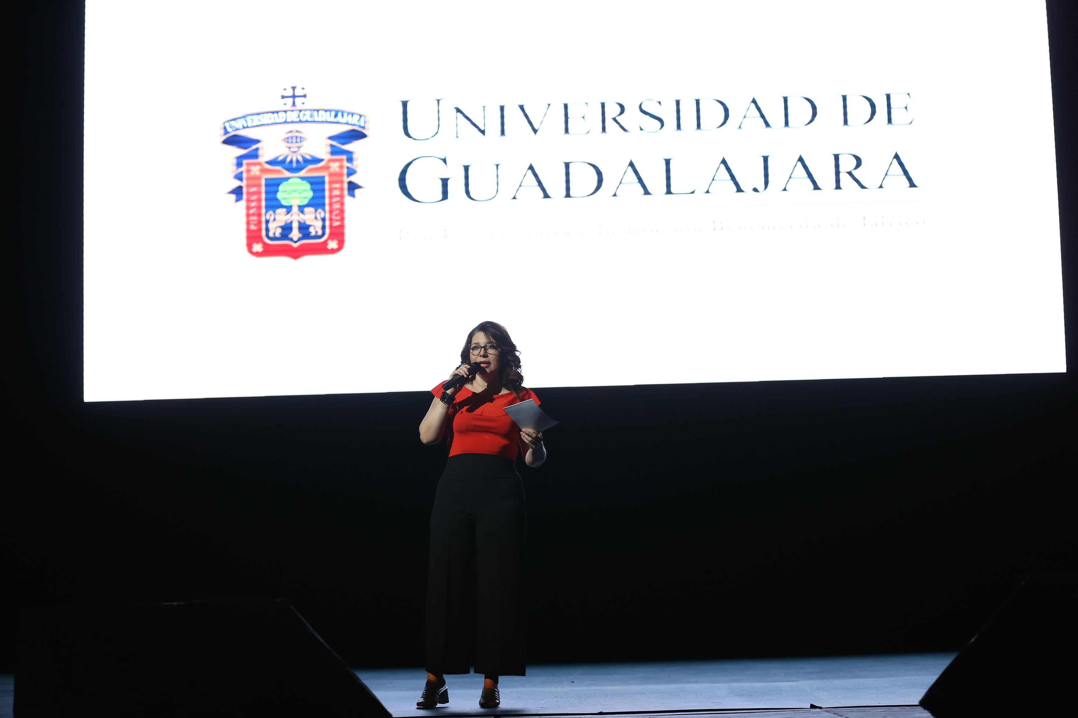 Doctora Carmen Rodríguez Armenta, coordinadora general administrativa, en el escenario del Teatro Diana, dando la bienvenida al talento tapatío en el evento.