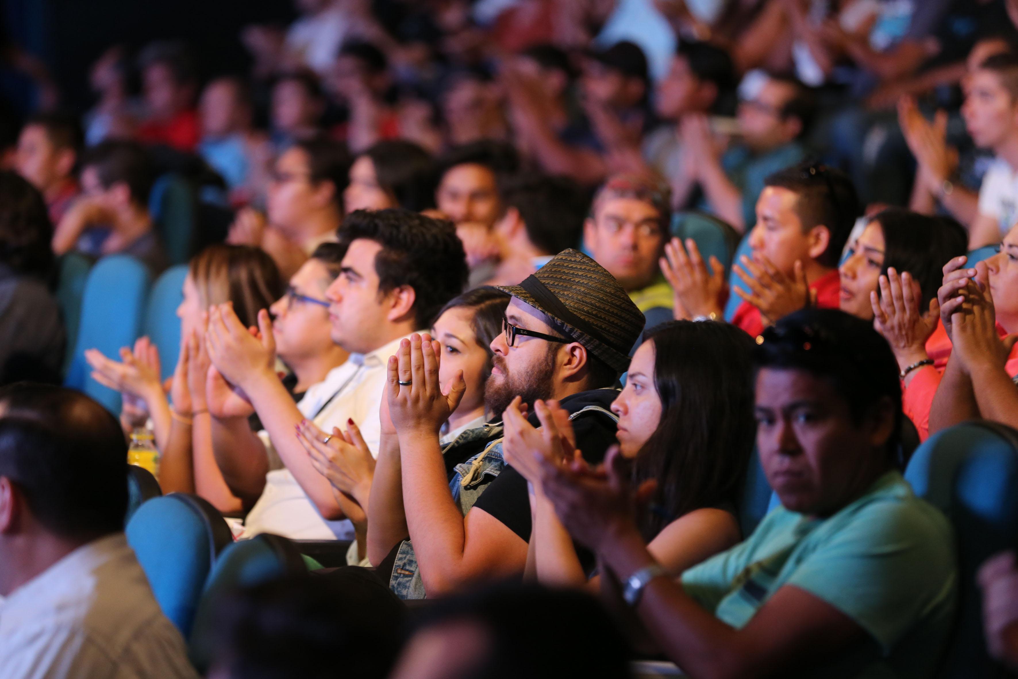 Público asistente al evento de Campus Party, aplaudiendo.