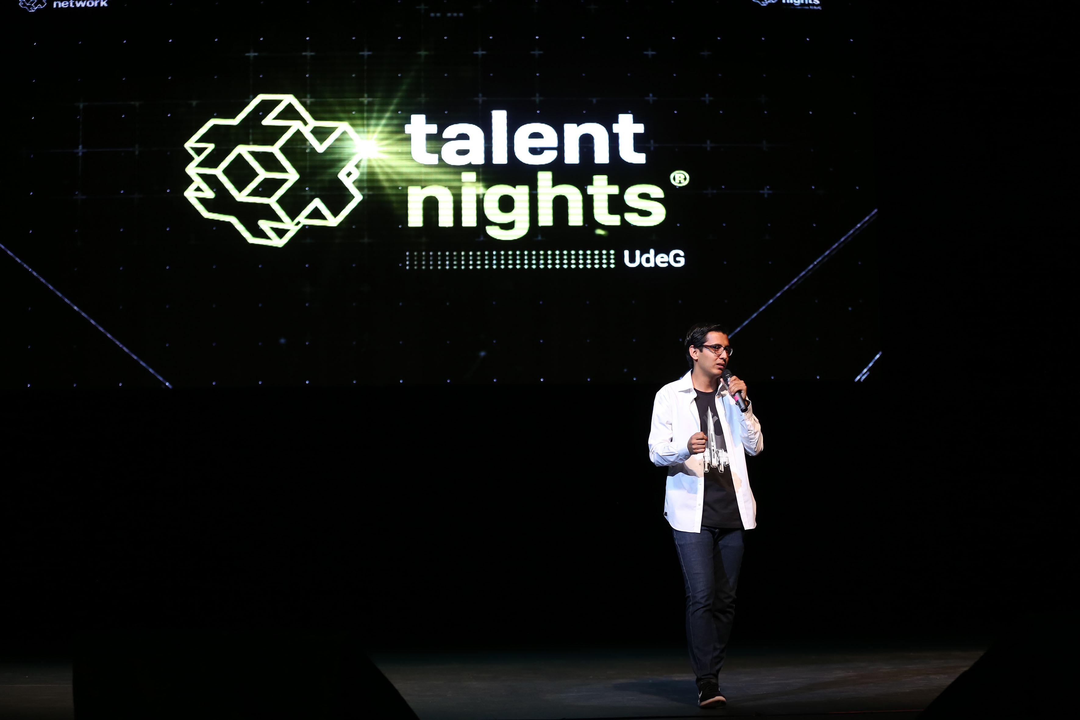 Teotl Macías, encargado de Talent Day UdeG arriba del escenario del Teatro Diana, haciendo uso de la palabra.