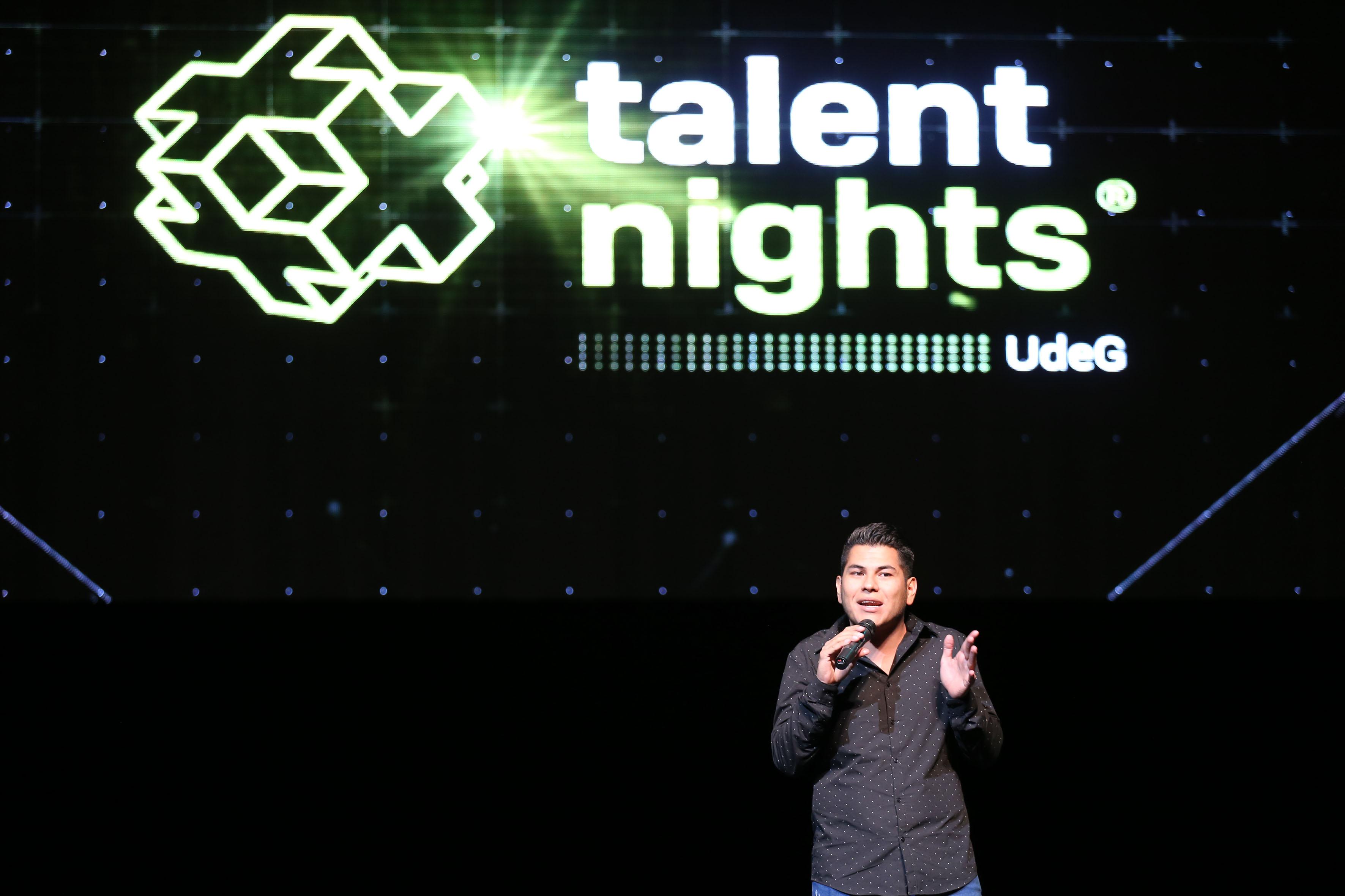 Exponente en el Talent nights del Campus Party, arriba del escenario del Teatro Diana, haciendo uso de la palabra.