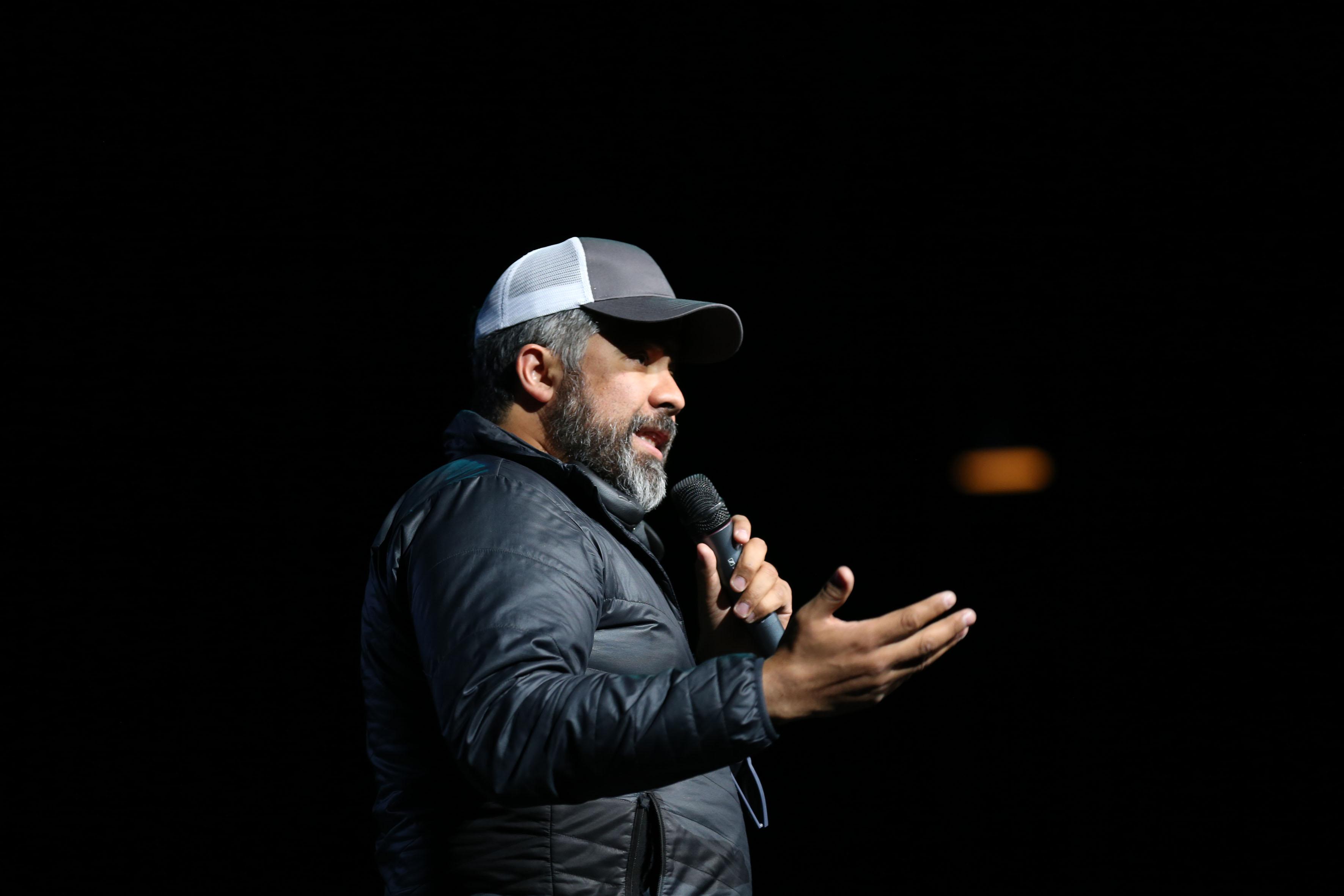 Mario Valle, co-fundador de Altered Ventures, arriba del escenario del Teatro Diana, haciendo uso de la palabra.