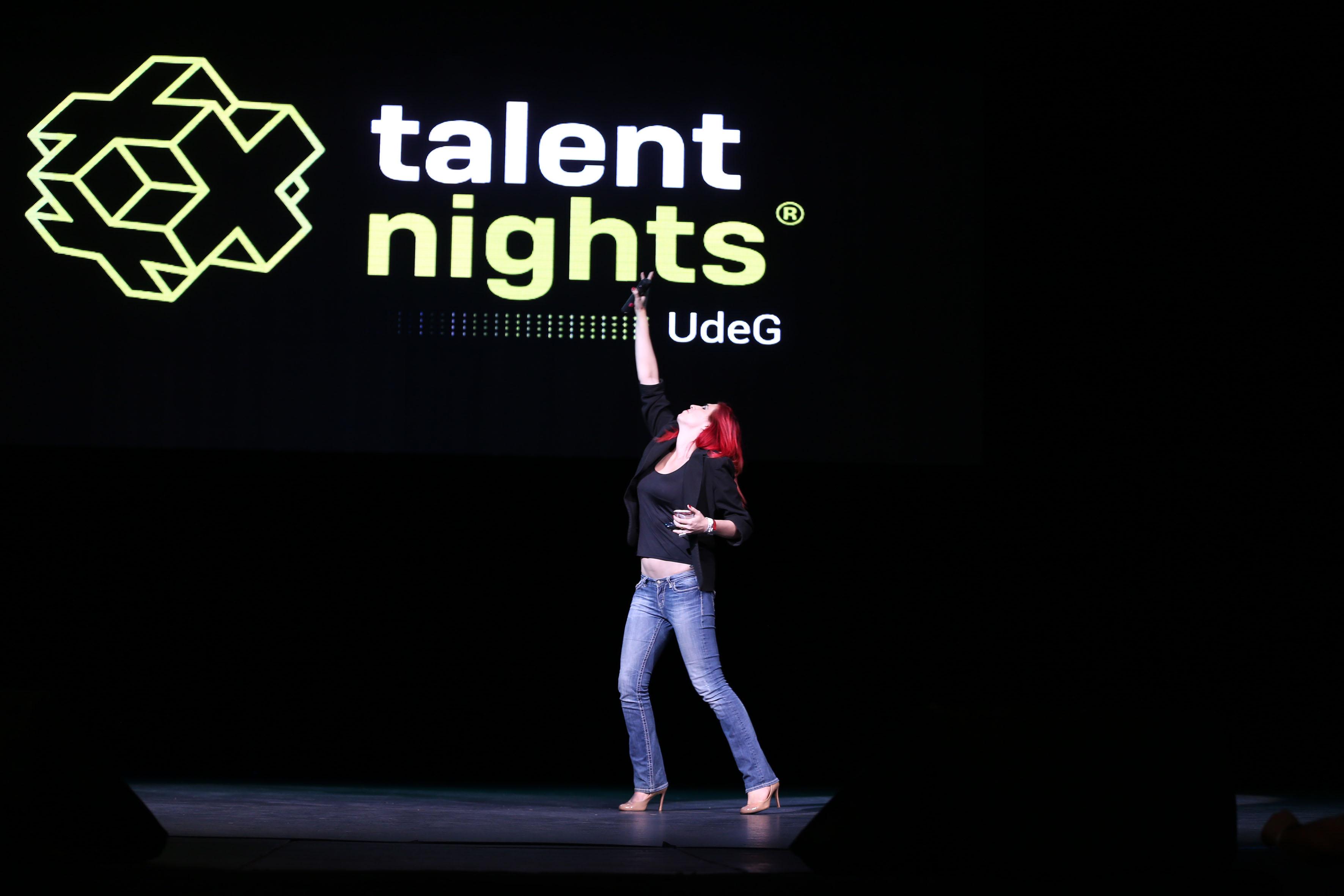 Ophelia Pastrana la mujer número 69 con más influencia en Twitter en tecnología, arriba del escenario del Teatro Diana, haciendo uso de la palabra.