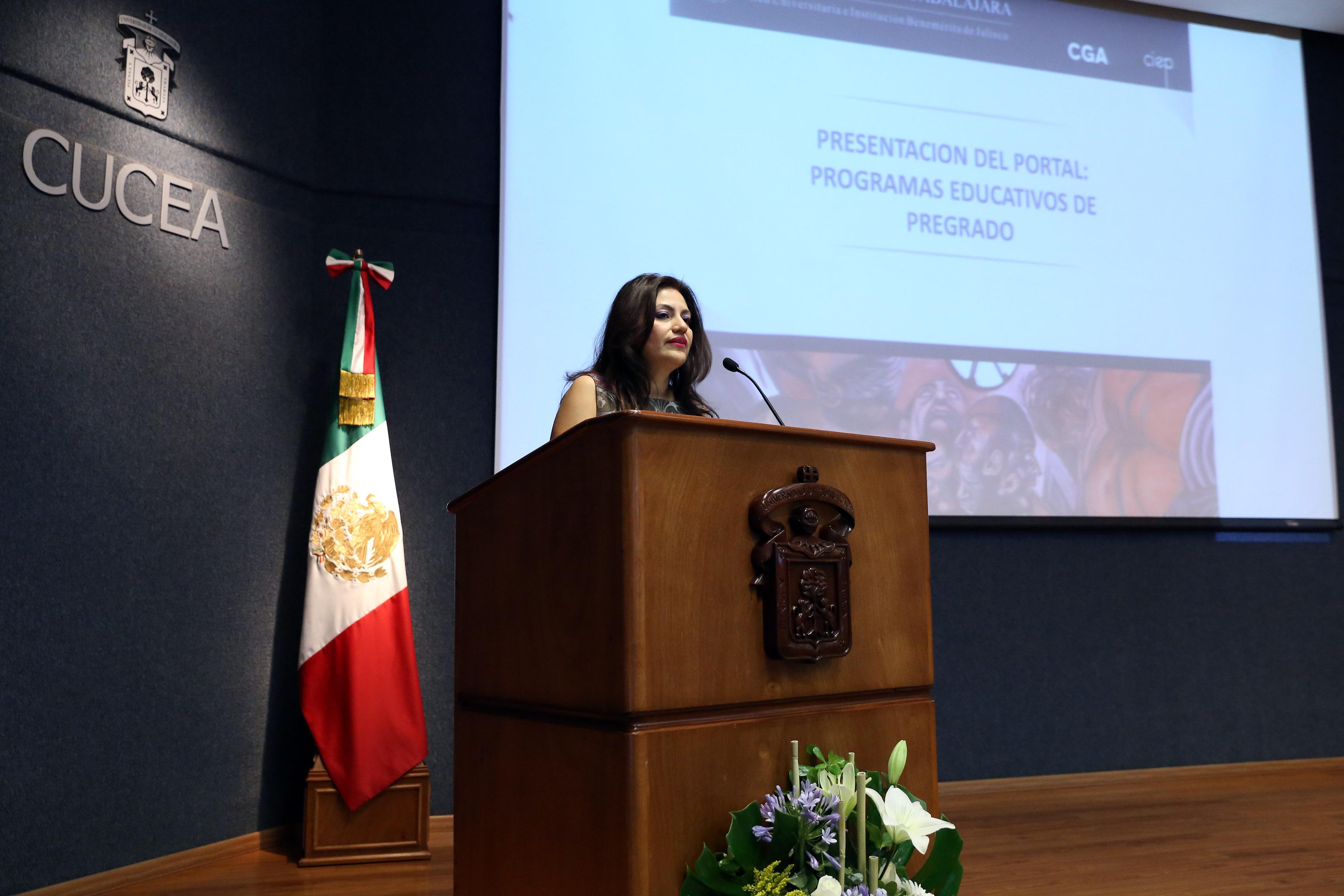 Doctora Patricia Rosas Chávez, coordinadora de Innovación Educativa y Pregrado, en podium del evento, haciendo uso de la palabra.