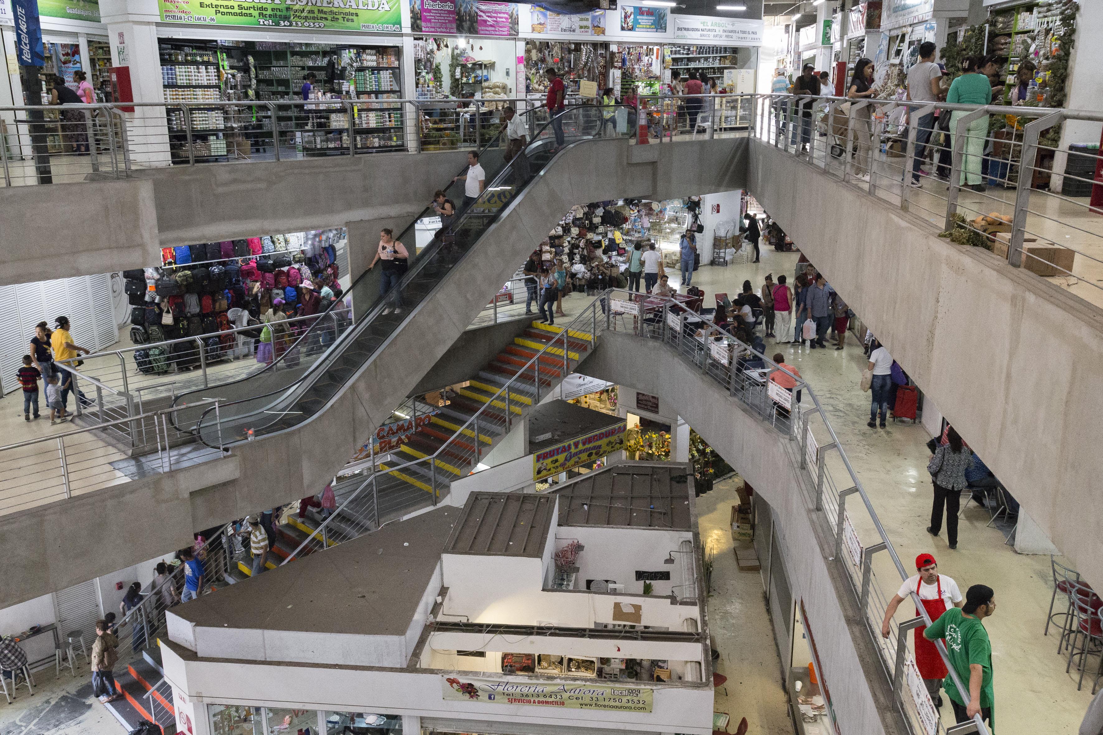Locales internos y visitantes del mercado Corona, ubicado en la zona Centro de Guadalajara.