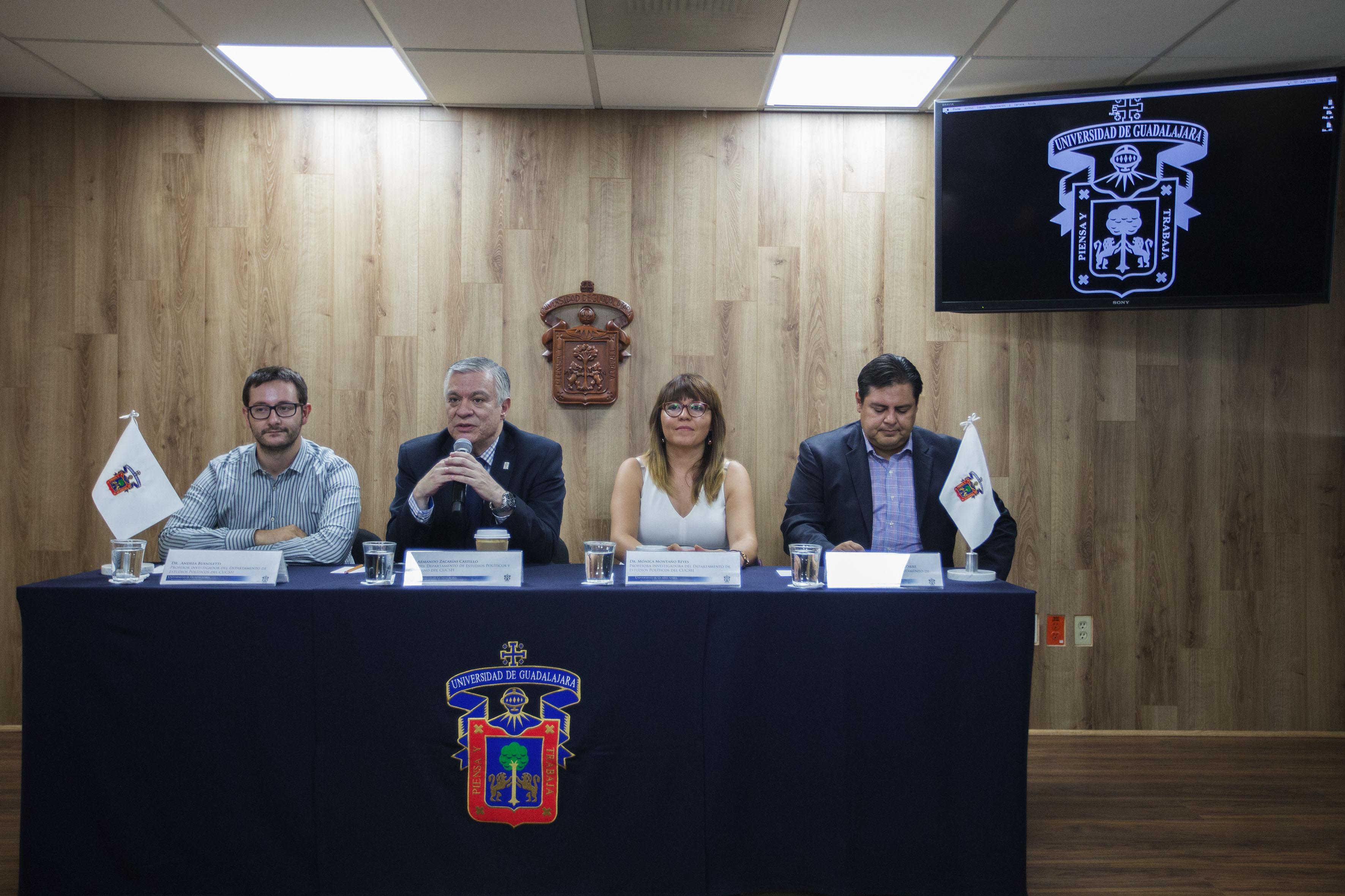 Académicos del Departamento de Estudios Políticos del Centro Universitario de Ciencias Sociales y Humanidades (CUCSH), impartiendo rueda de prensa.