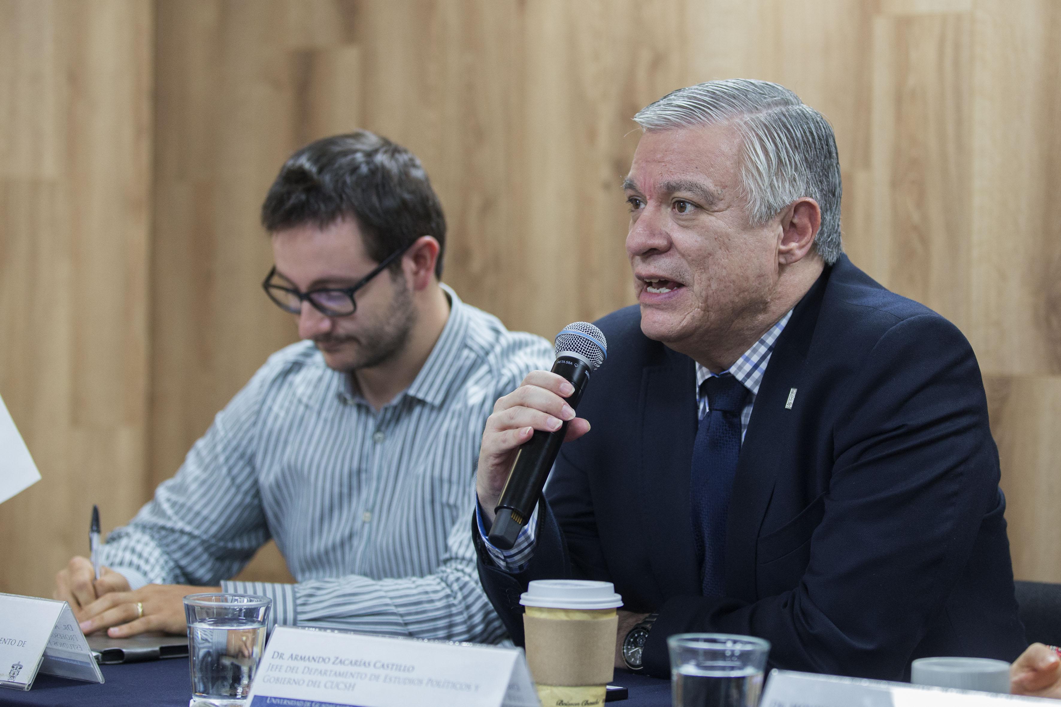 Doctor Armando Zacarías, jefe del Departamento de Estudios Políticos del Centro Universitario de Ciencias Sociales y Humanidades (CUCSH), haciendo uso de la palabra.