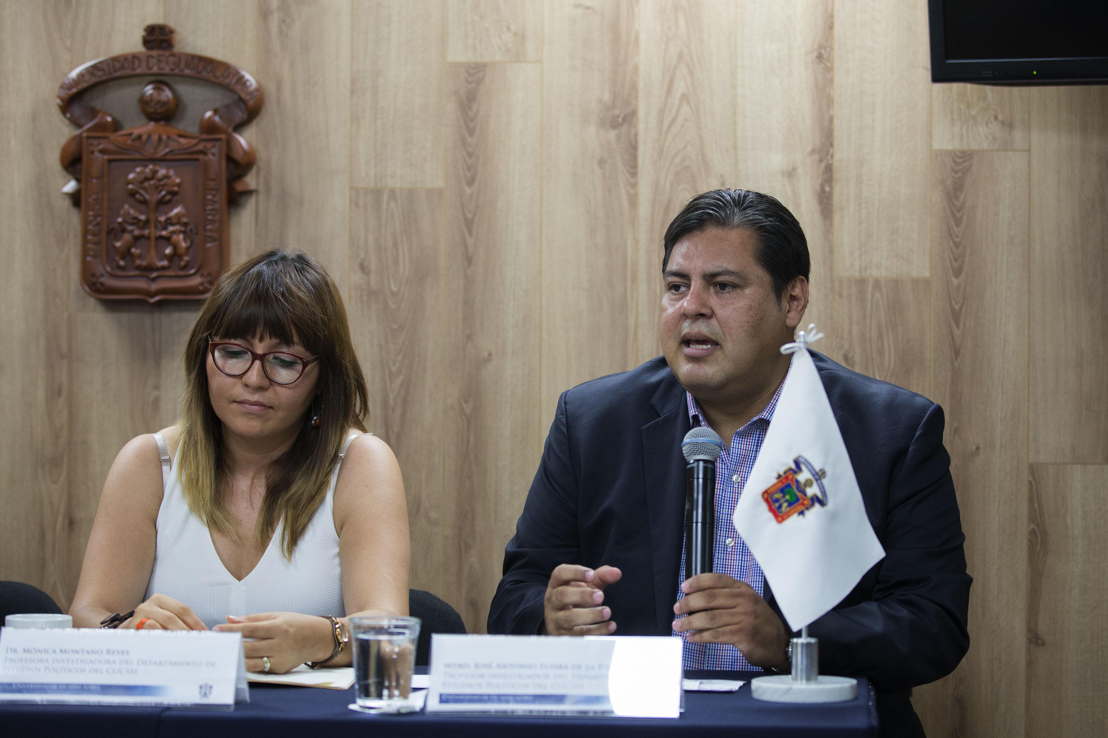 Académico Antonio Elvira de la Torre, con micrófono en mano, haciendo uso de la voz.