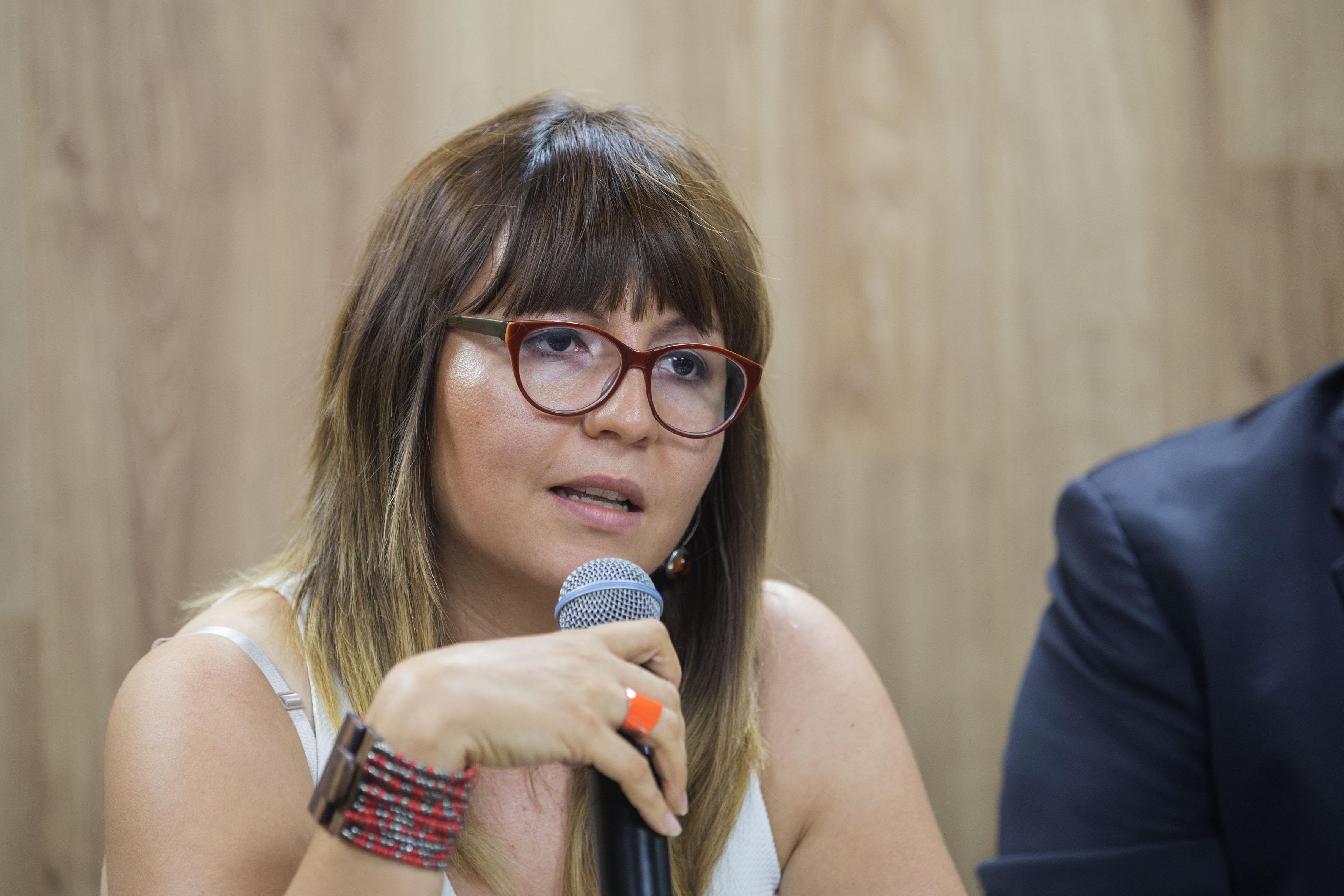 Académica de la Universidad de Guadalajara, Mónica Montaño Reyes, participando en rueda de prensa.