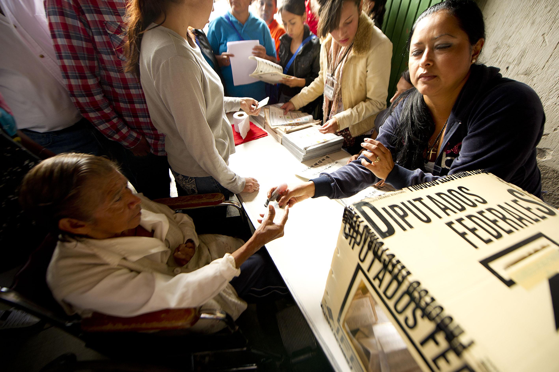 Ciudadana de la tercera edad, participando en el proceso de votación.