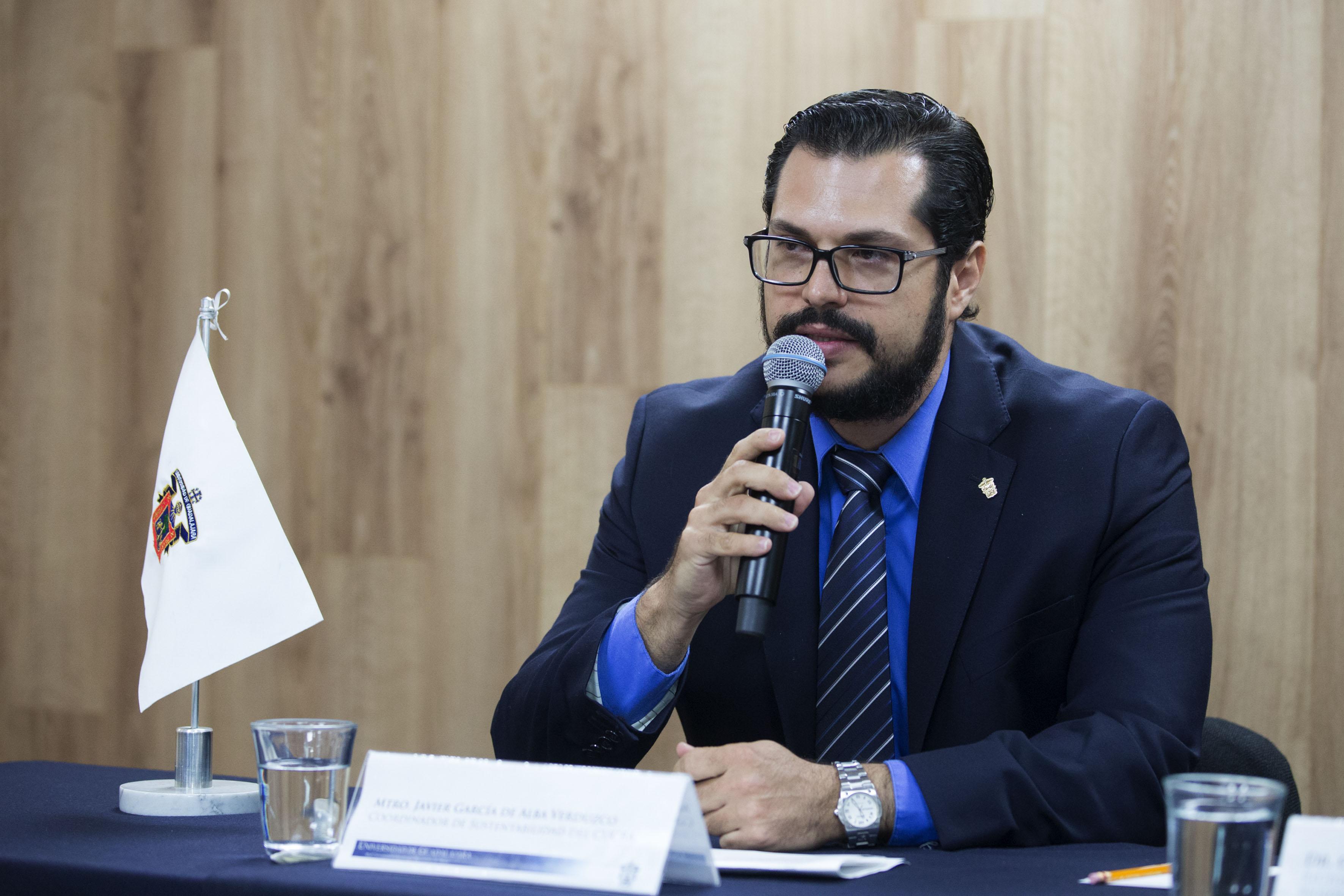 Maestro Javier García de Alba Verduzco, coordinador de Sustentabilidad del CUCBA, haciendo uso de la palabra.