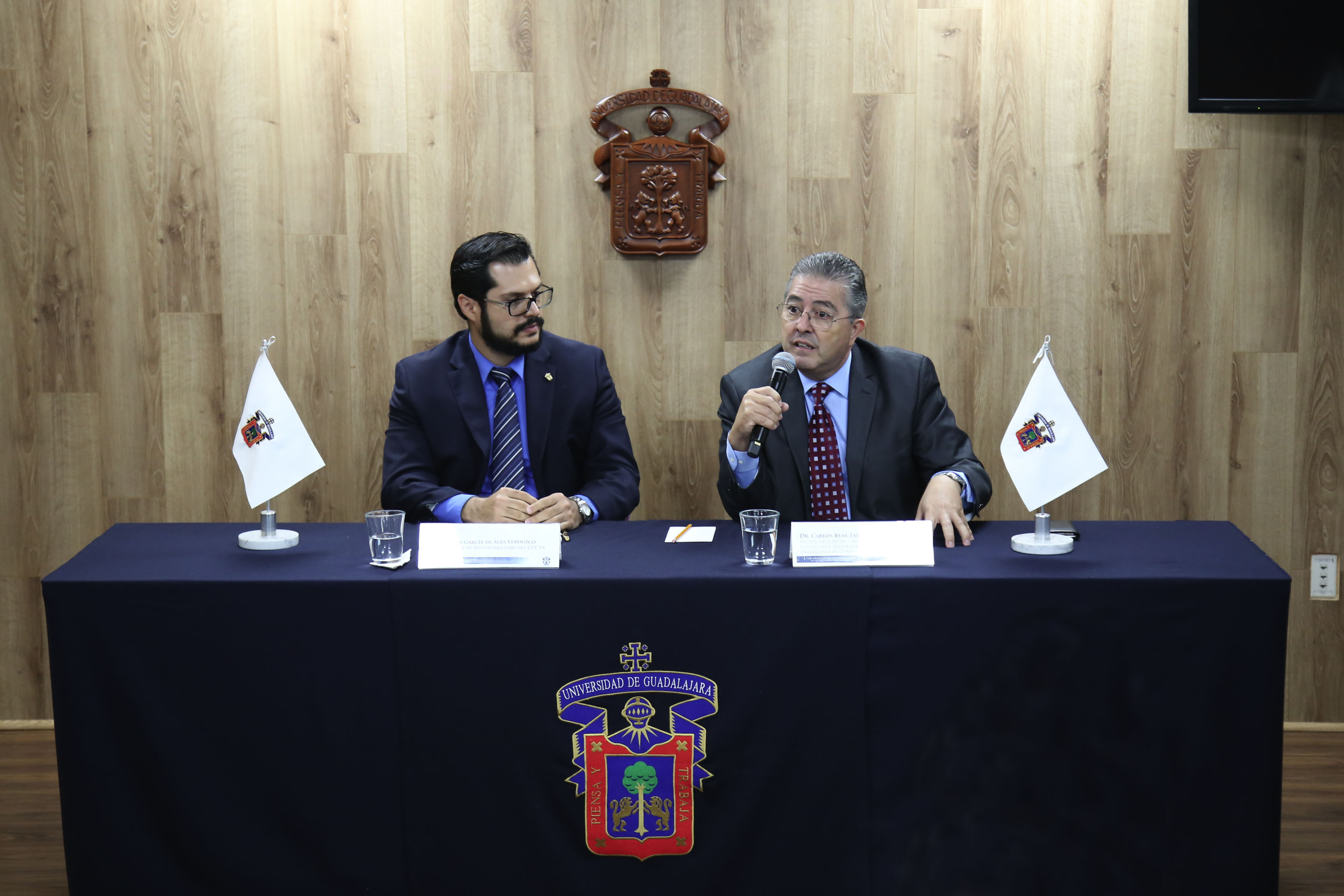 Doctor Carlos Beas Zárate, Rector del Centro Universitario de Ciencias Biológicas y Agropecuarias (CUCBA) y Maestro Javier García de Alba Verduzco, coordinador de Sustentabilidad del mismo centro, participando en rueda de prensa.