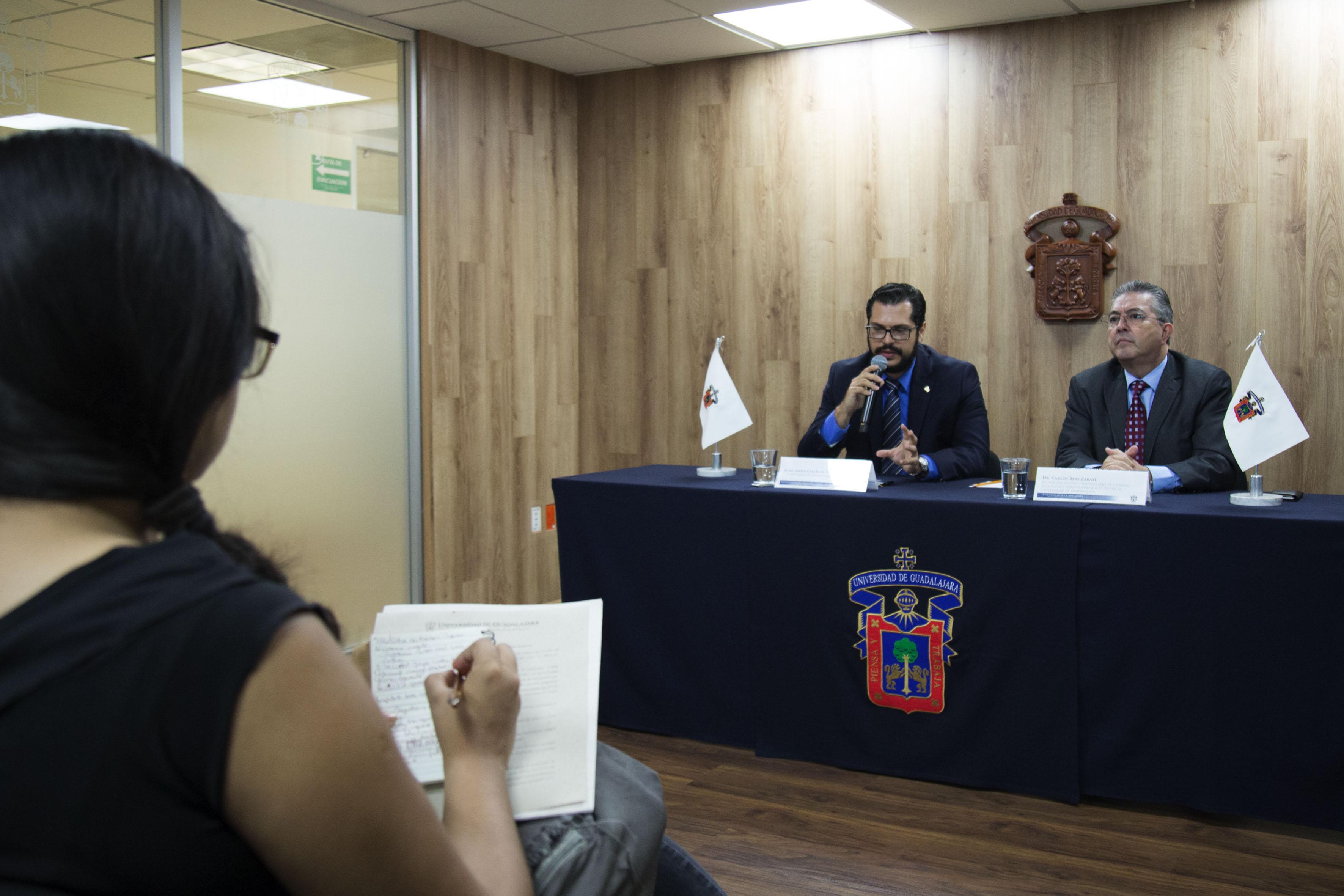 Maestro Javier García de Alba Verduzco, coordinador de Sustentabilidad del CUCBA, participando en rueda de prensa.