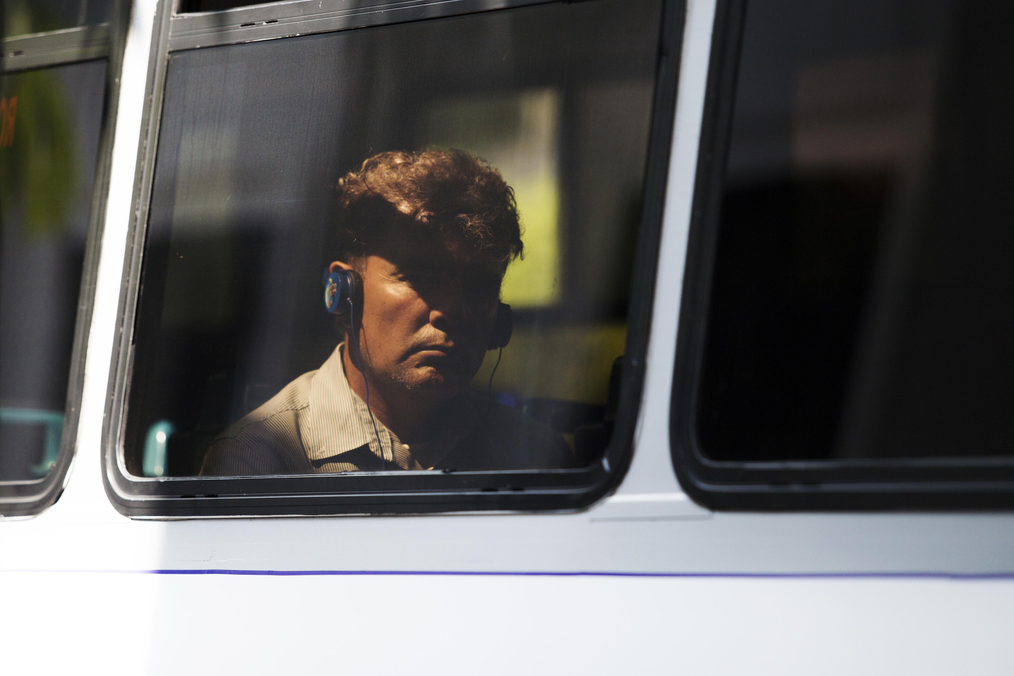 persona con audifonos en el transporte publico