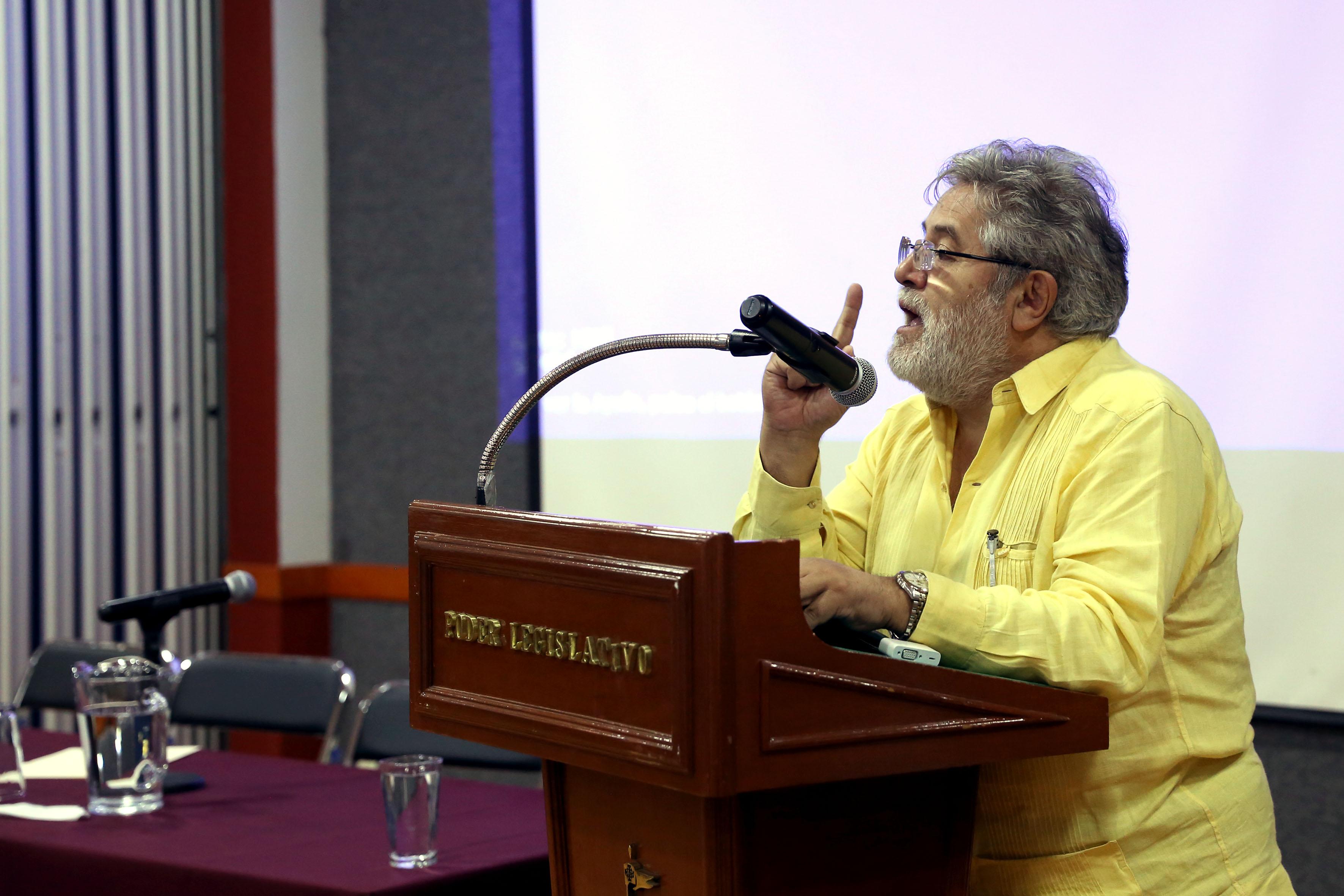 maestro del iteso Everardo Camacho Gutiérrez haciendo uso de la palabra