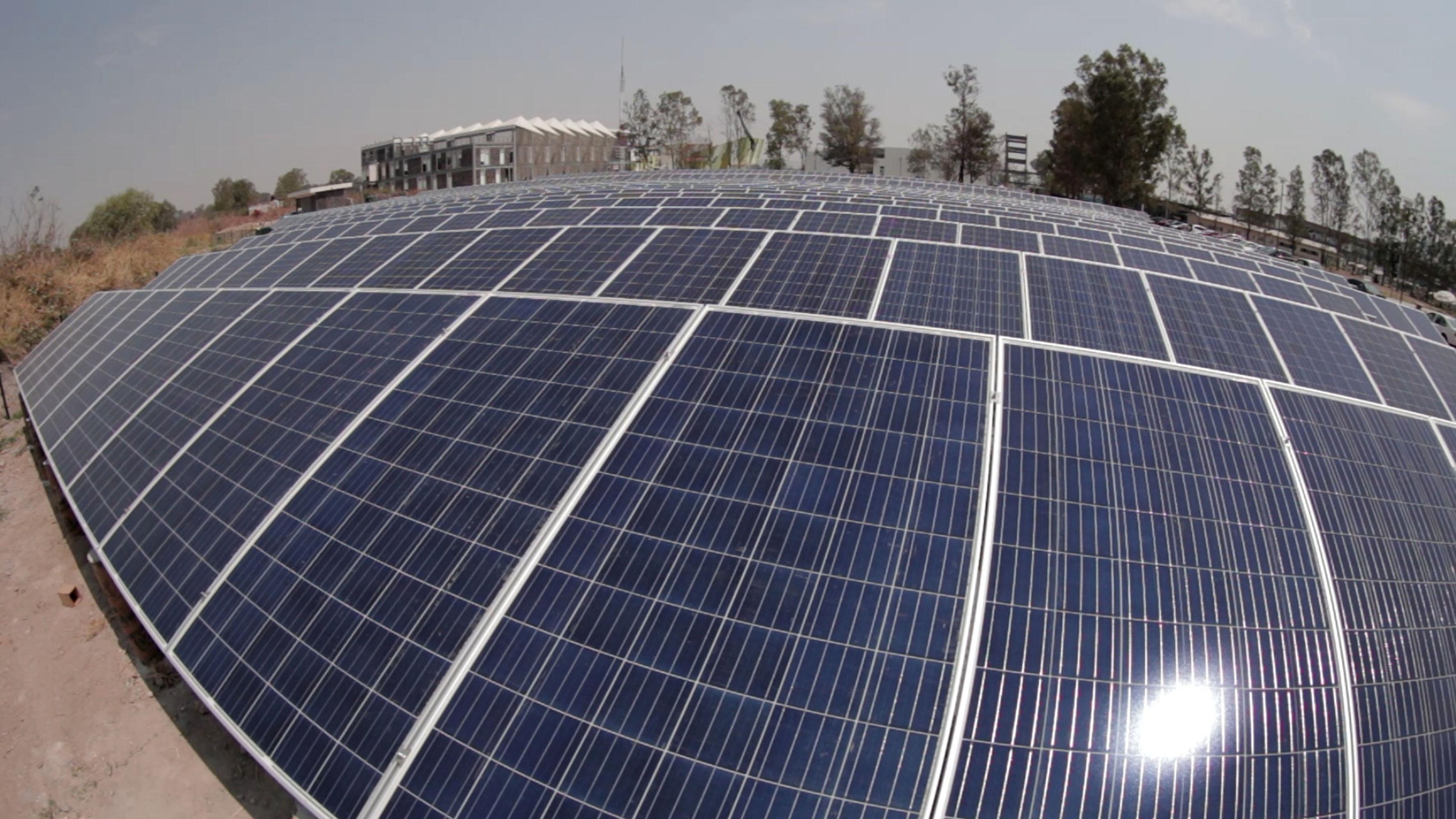 Foto panorámica de los paneles solares que conforman el primer huerto solar, del Centro Universitario de Tonalá (CUTonalá).
