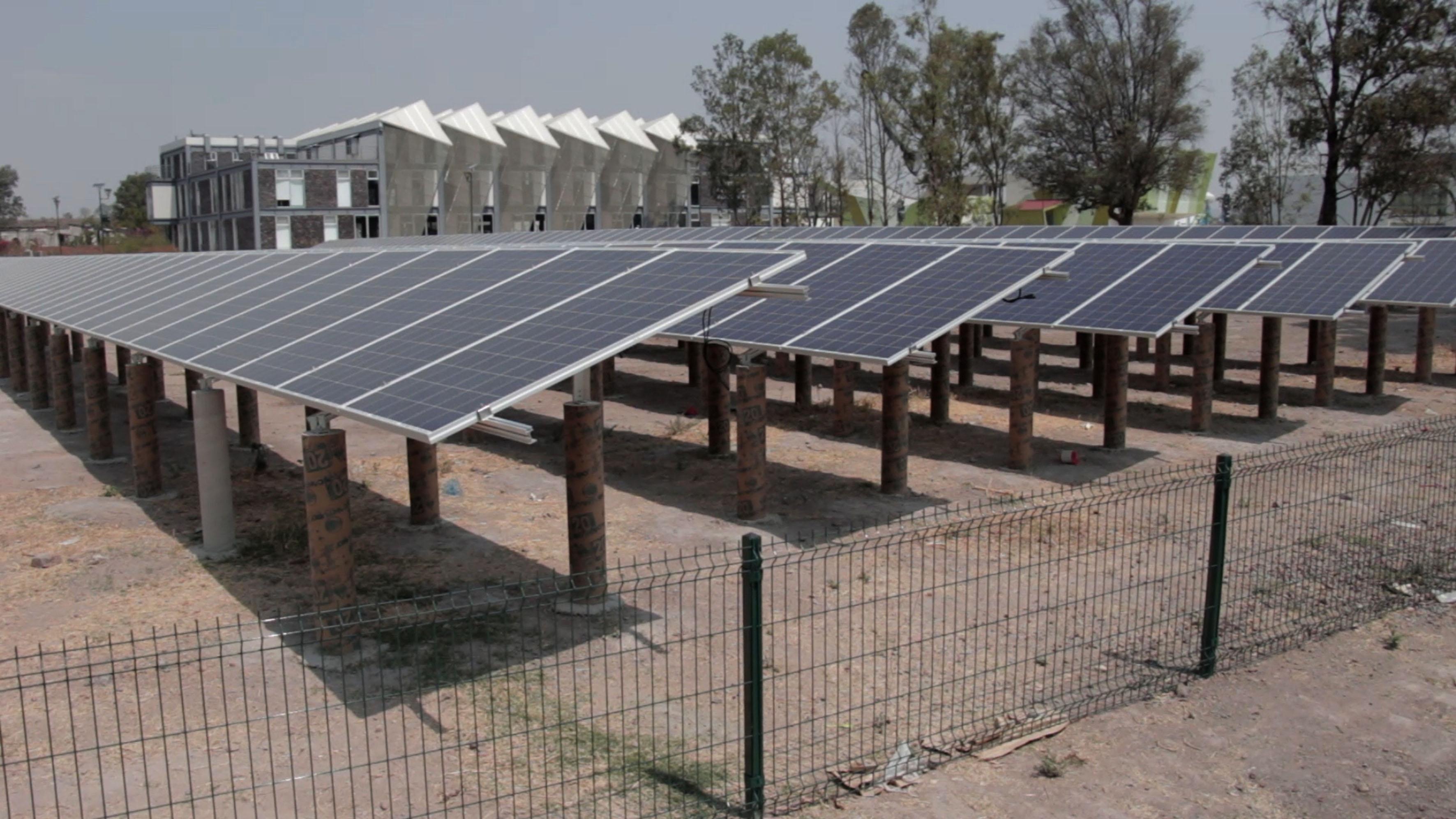 Obra en proceso de la instalación del primer huerto solar por la Universidad de Guadalajara, en el marco del Programa Universitario Integral de Transición Energética (PUITE).