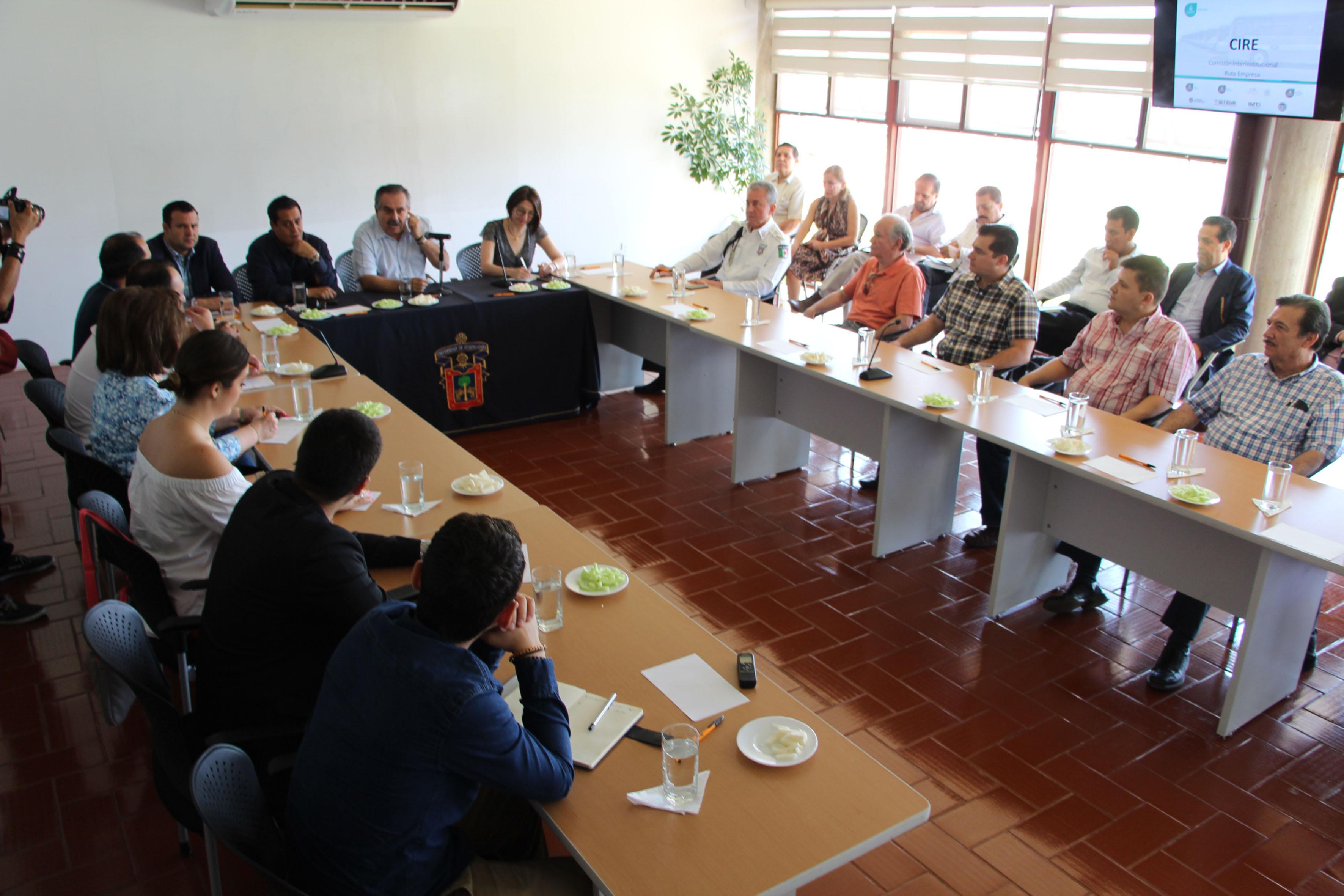 Reunión sostenida en CUAltos con el secretario de Movilidad de Jalisco, Servando Sepúlveda Enríquez; empresarios locales, concesionarios y autoridades de la Universidad para abordar los temas que se desarrollarán durante las mesas de trabajo para conformar el Sistema de Movilidad Ruta-Empresa del gobierno del estado.