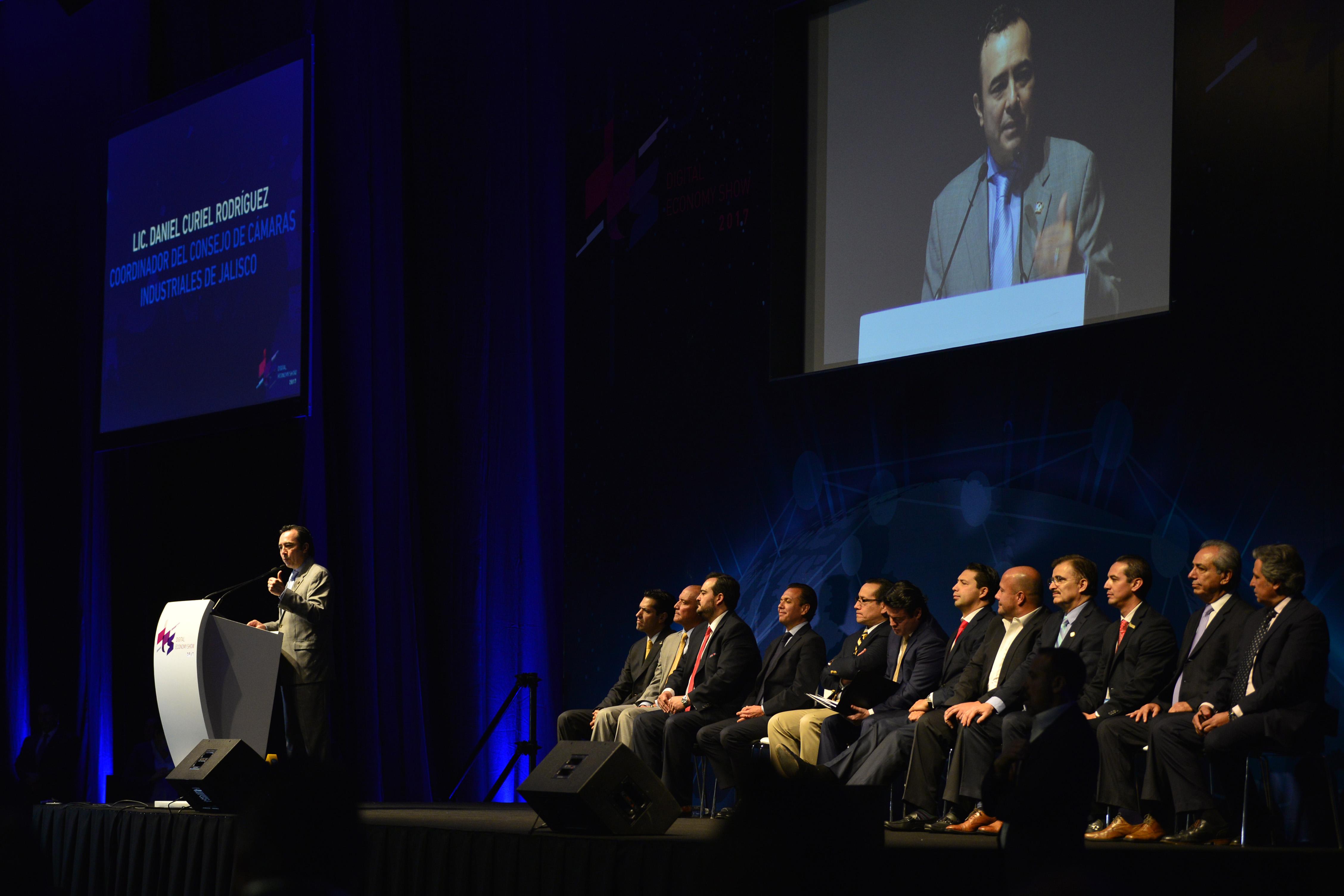 Licenciado Daniel Curiel Rodríguez, coordinador del Consejo de Cámaras Industriales de Jalisco, haciendo uso de la palabra.