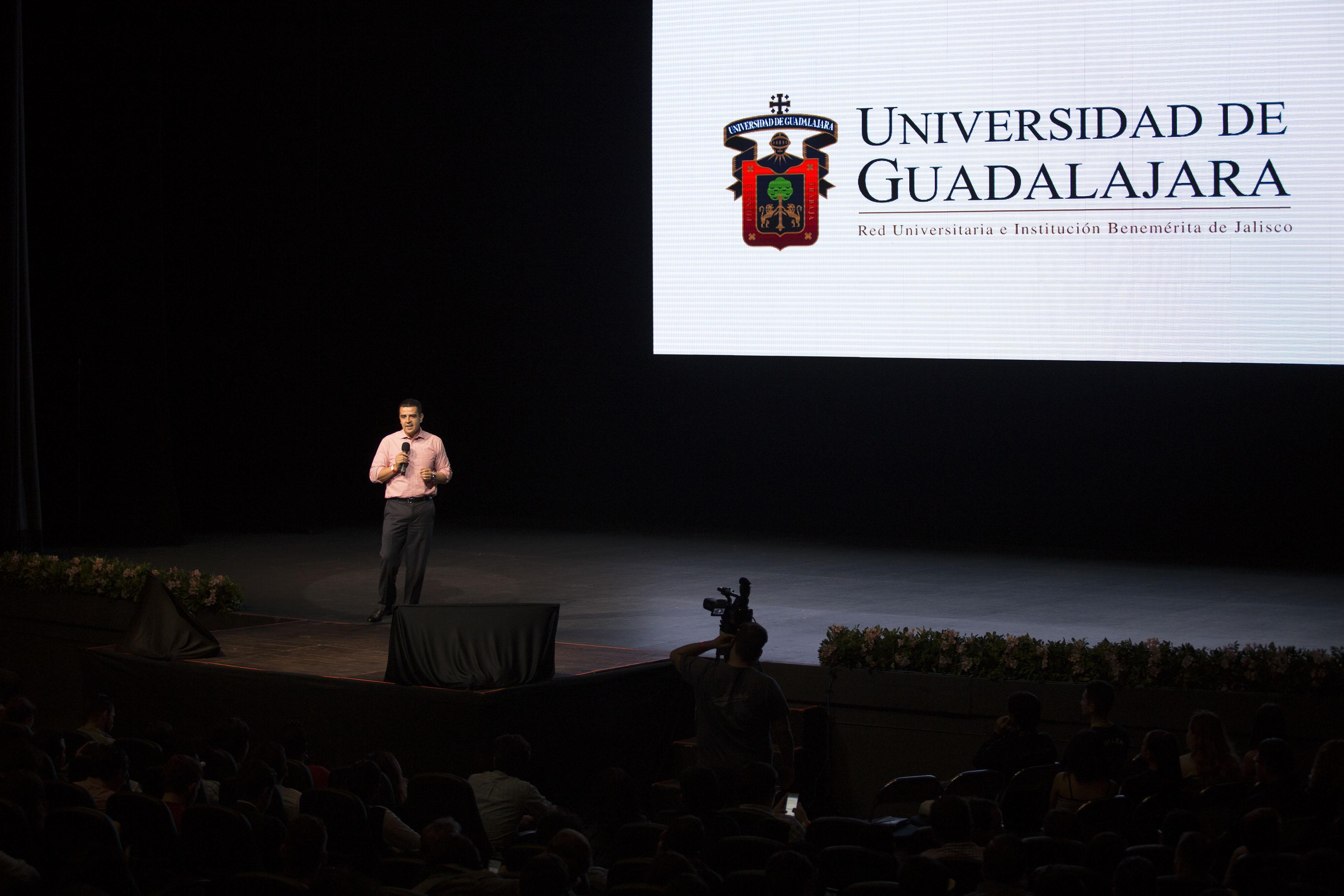 El doctor Luis Alberto Gutiérrez Díaz de León Haciendo uso de la palabra en evento talents night
