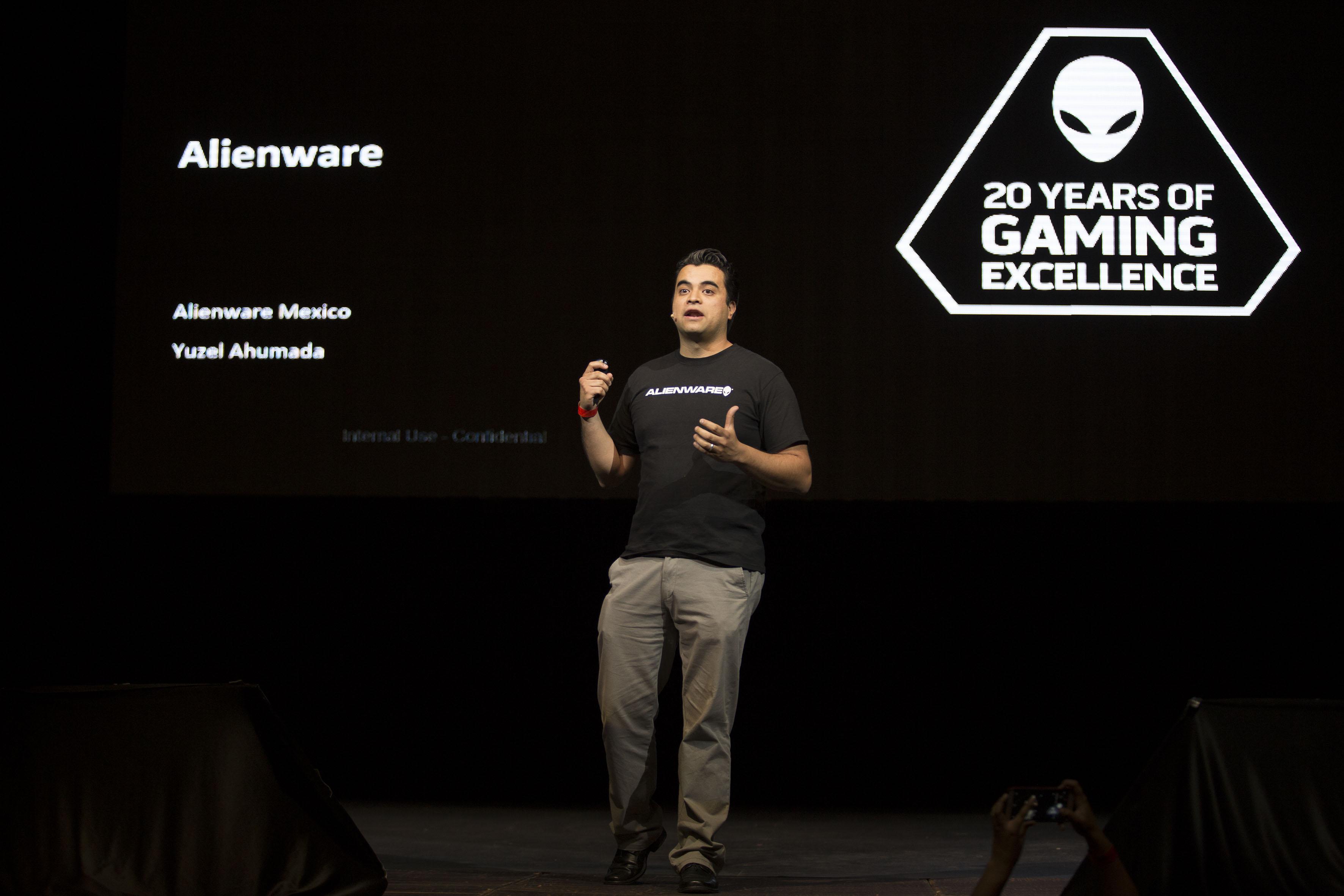 Yuzel ahumada de grupo alienware mexico haciendo uso de la palabra