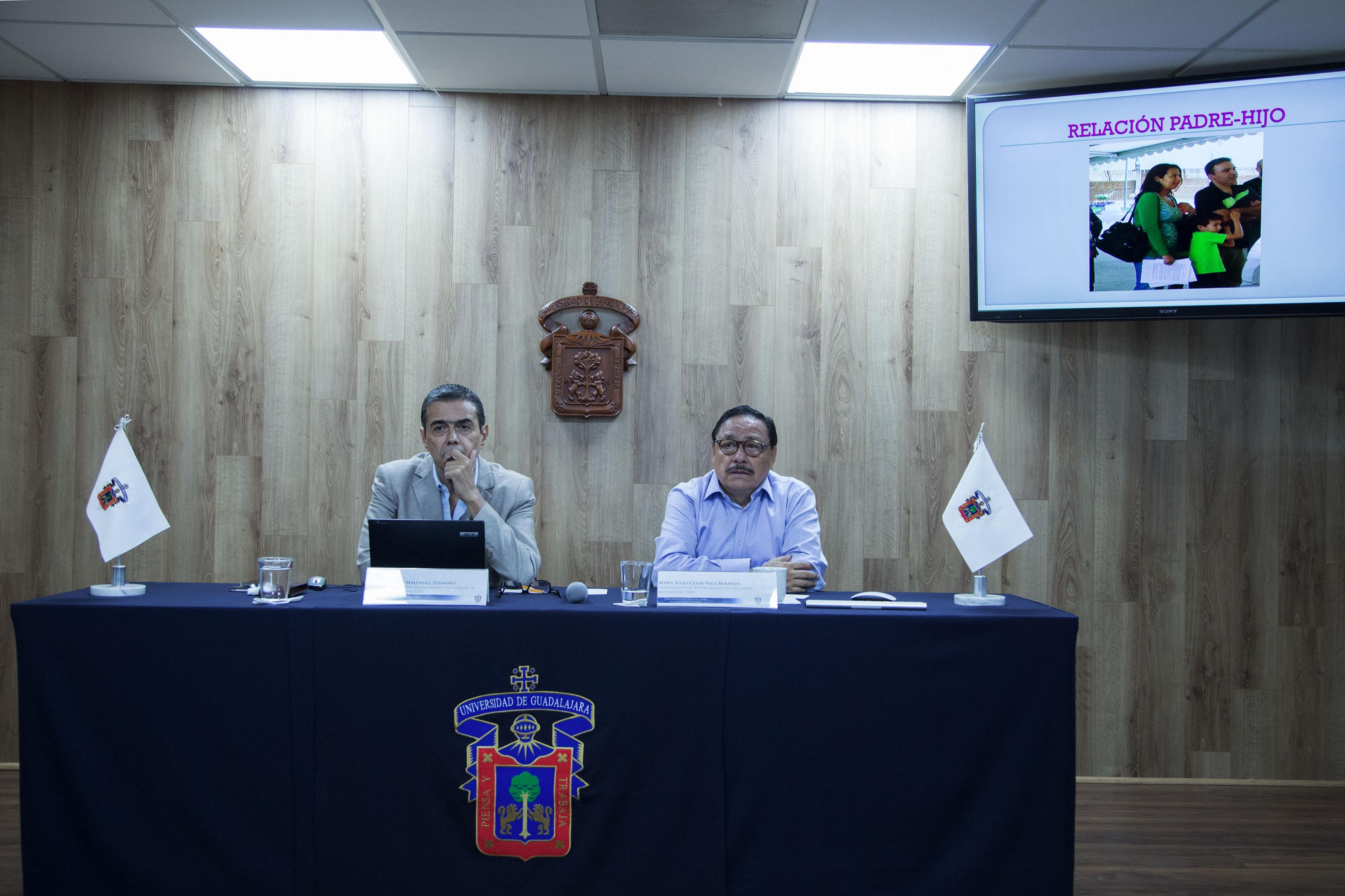 doctor Flavio Melendez Zermeño y maestro julio cesar vega miranda en presentacion de relacion padre hijo