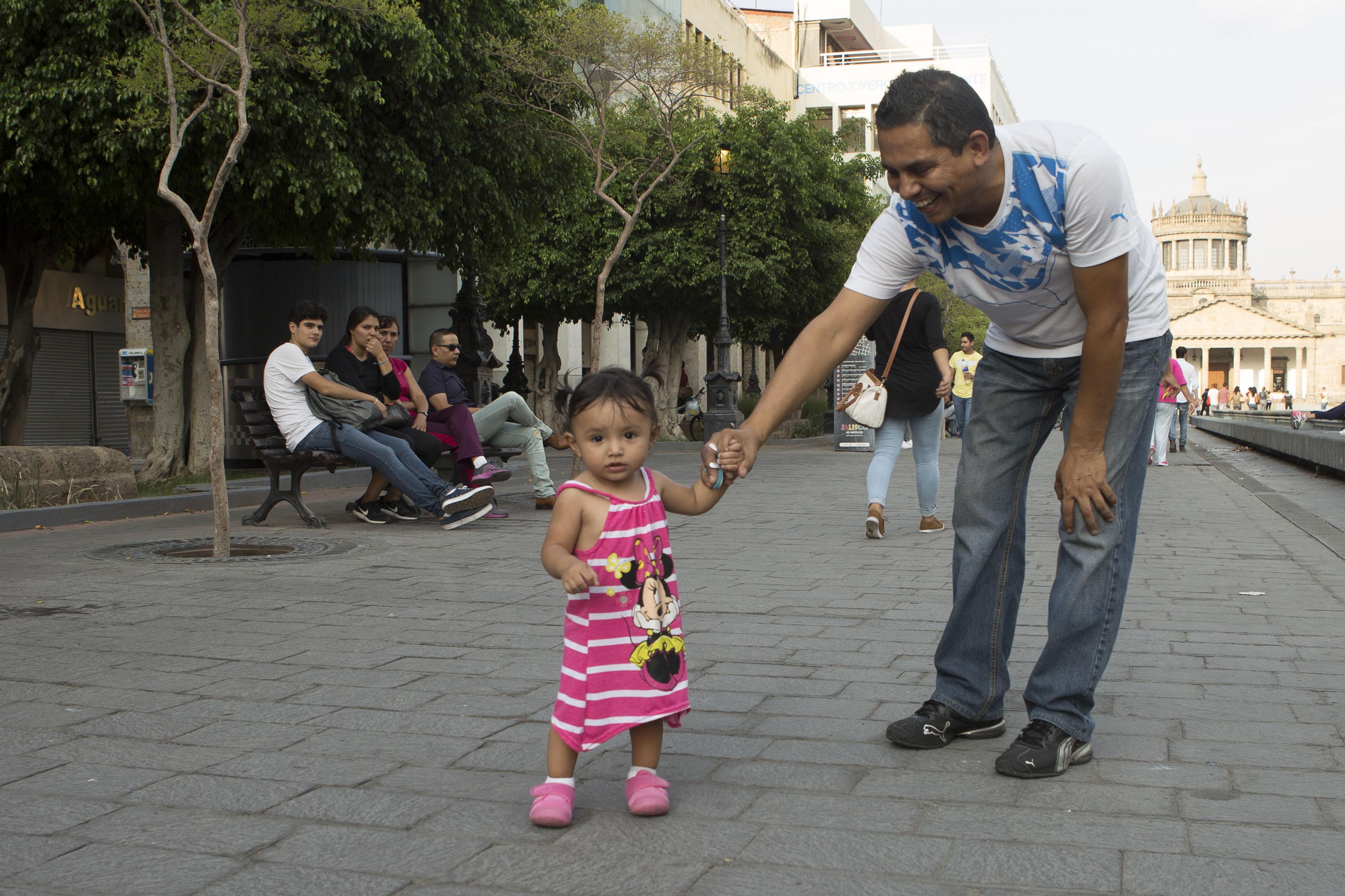 padre con su hija en el centro de Guadalajara disfrutando de la tarde