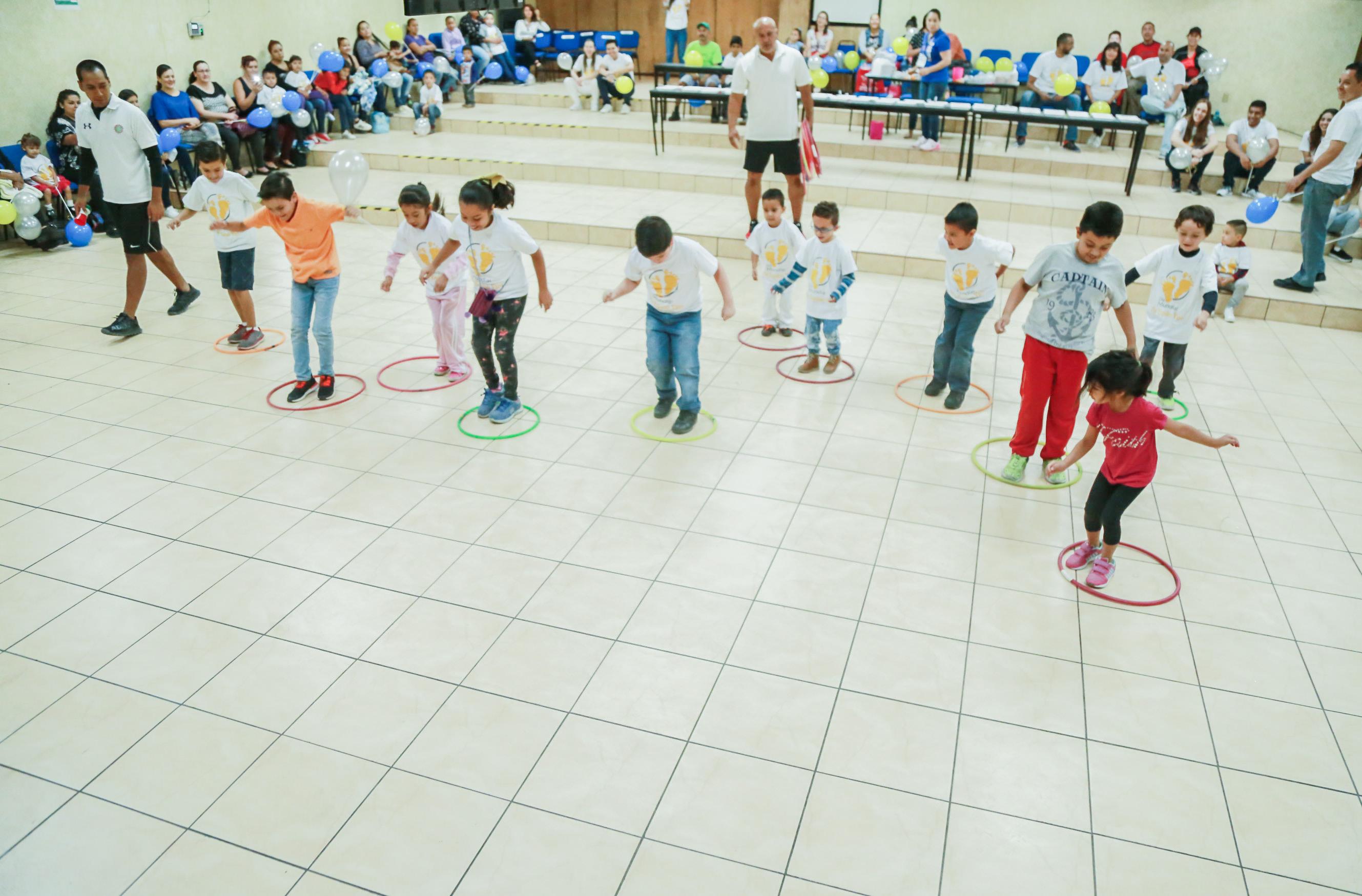Pacientes pediátricos, compitiendo con el juego de los aros, durante la celebración del  Día Mundial del Pie Equino.