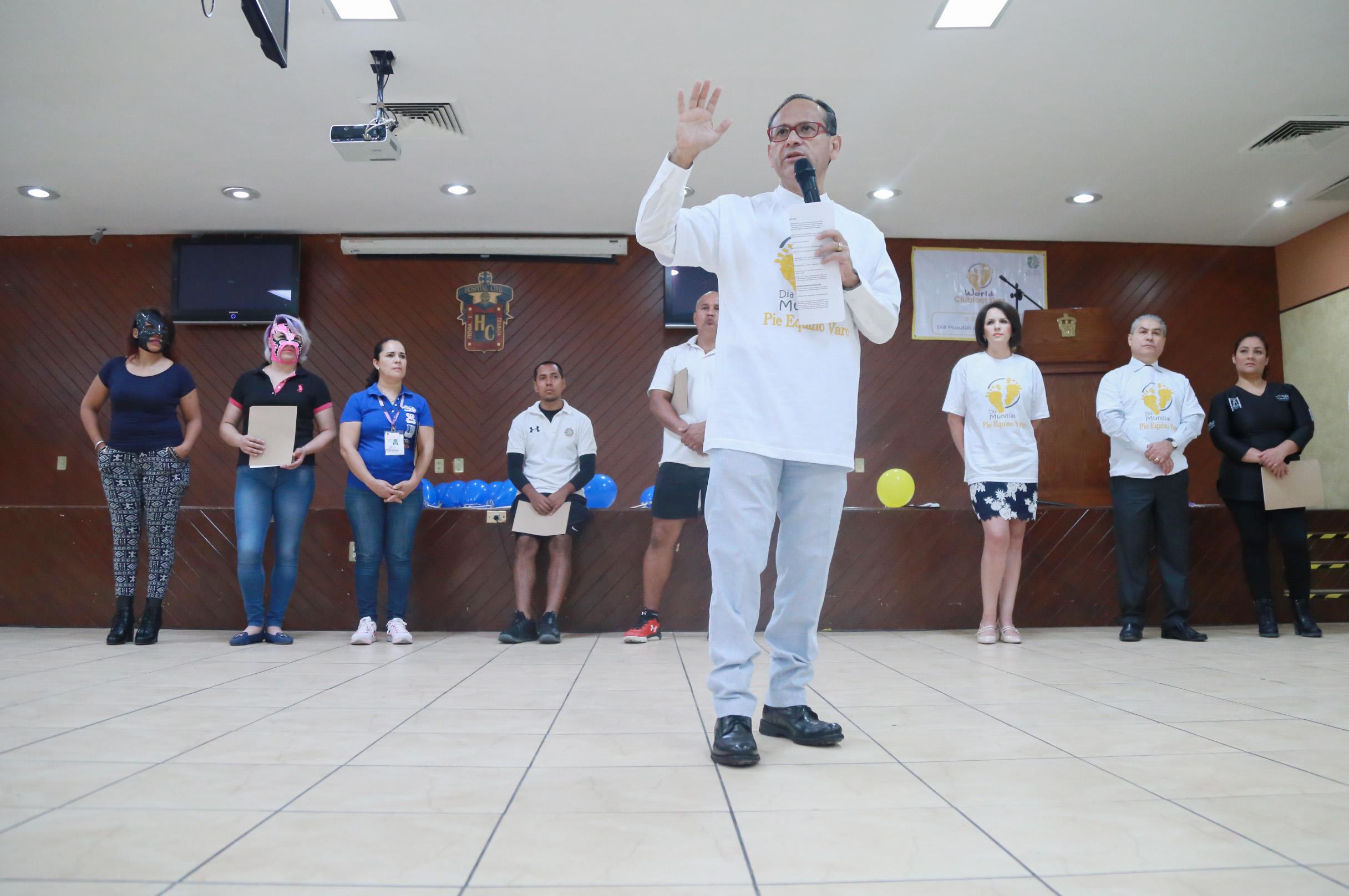 El director general de hospitales Civiles de Guadalajara, Héctor Raúl Pérez Gómez, haciendo uso de la palabra durante la celebración del  Día Mundial del Pie Equino.