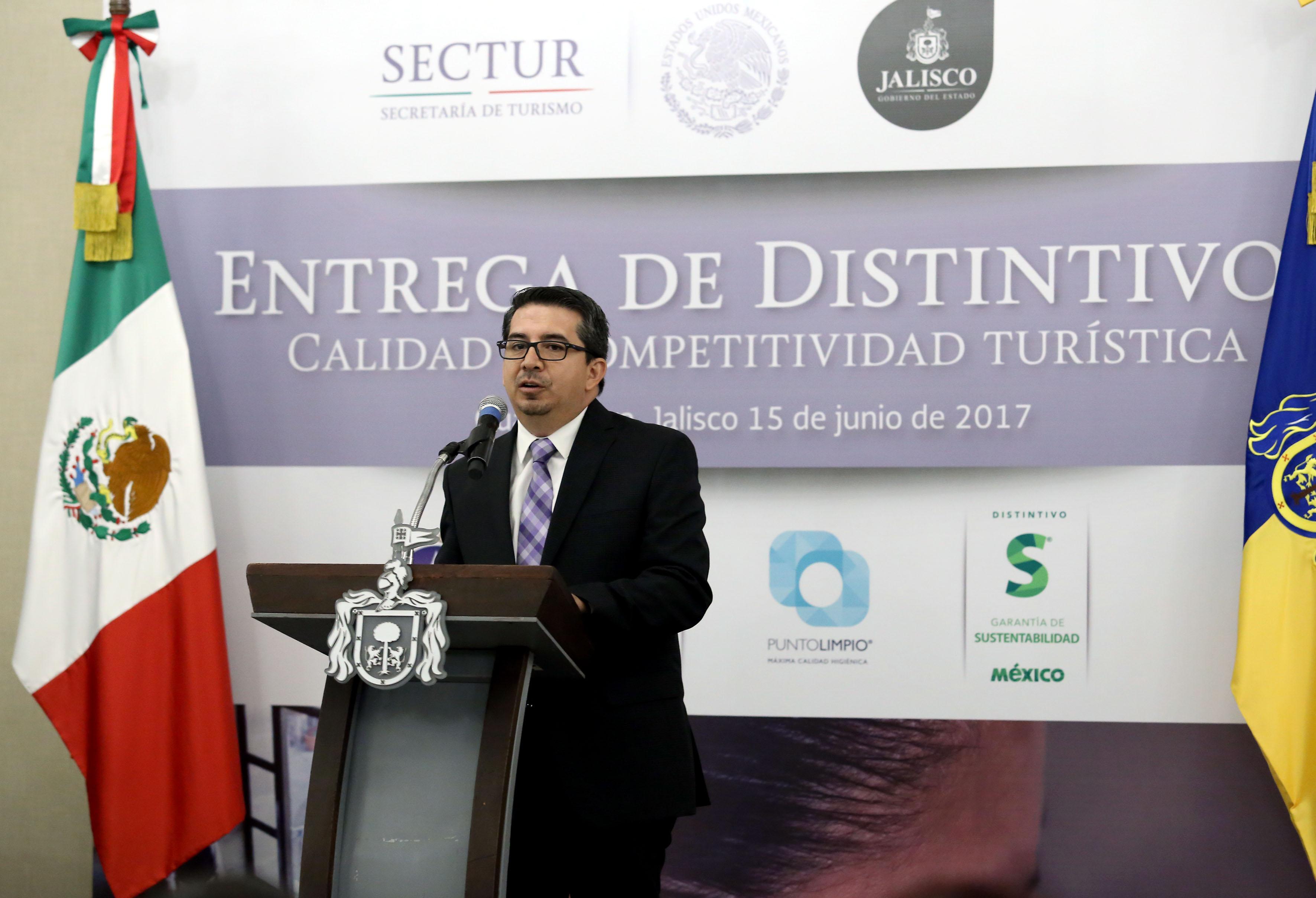 Doctor José Alberto Castellanos Gutiérrez, Rector del Centro Universitario de Ciencias Económico Administrativas (CUCEA), participando en ceremonia de reconocimiento.