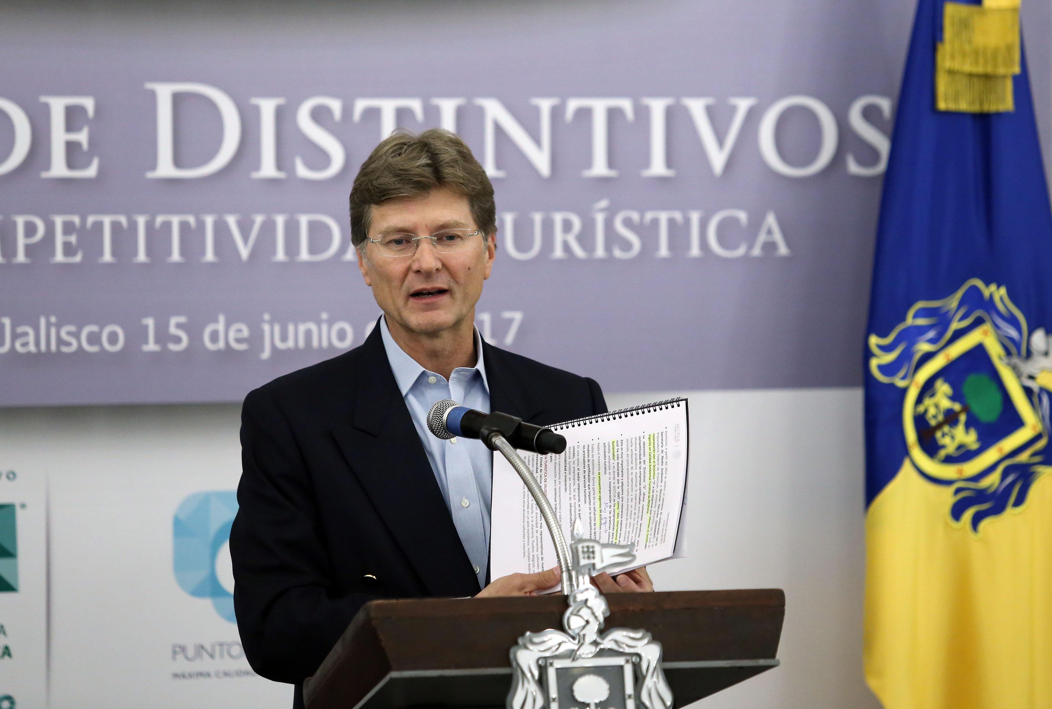 Maestro Enrique de la Madrid Cordero, secretario de Turismo, haciendo uso de la palabra.