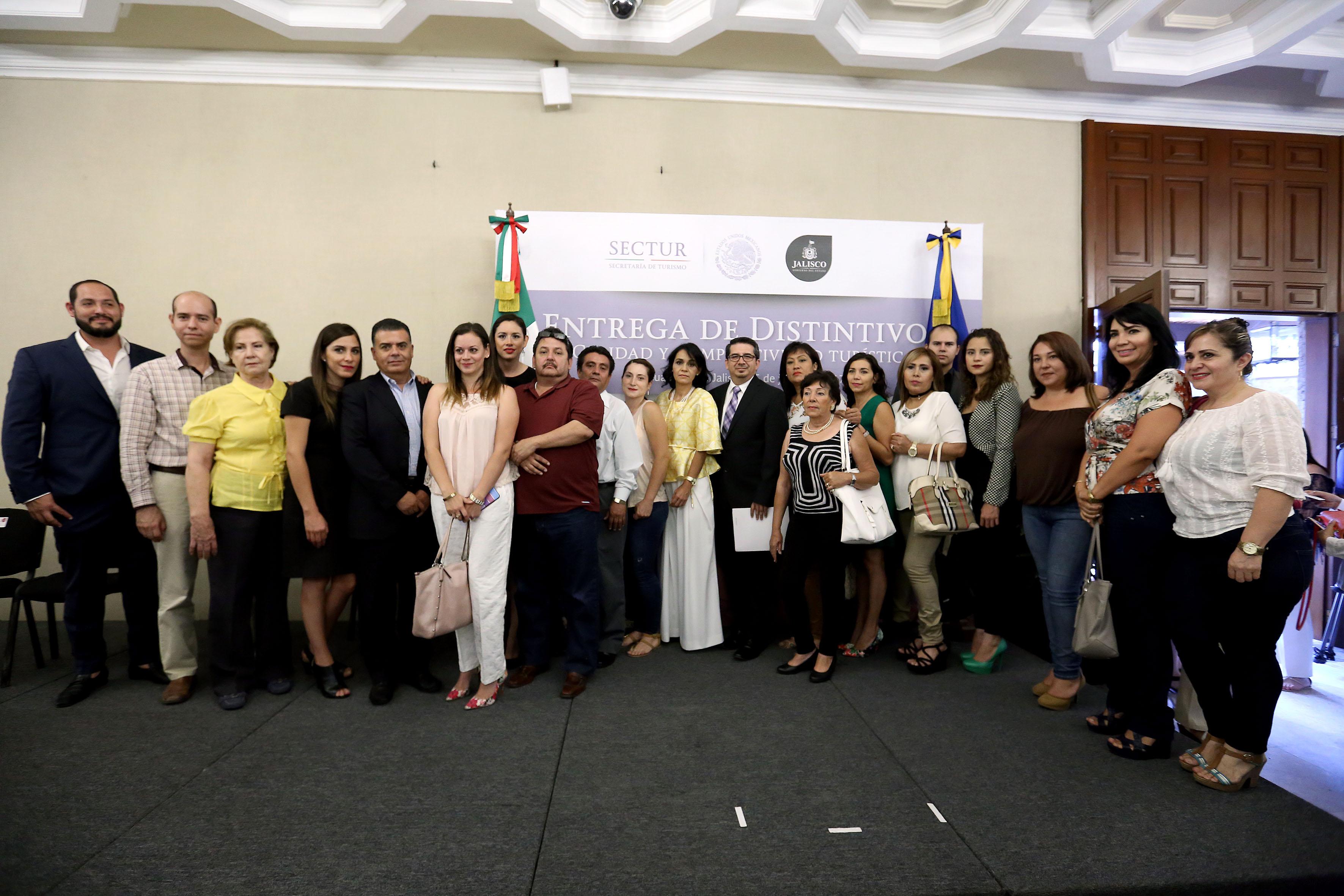 Autoridades y representantes de cafeterías y restaurantes de distintas preparatorias y centros universitarios de la Universidad de Guadalajara, posando para fotografía grupal.