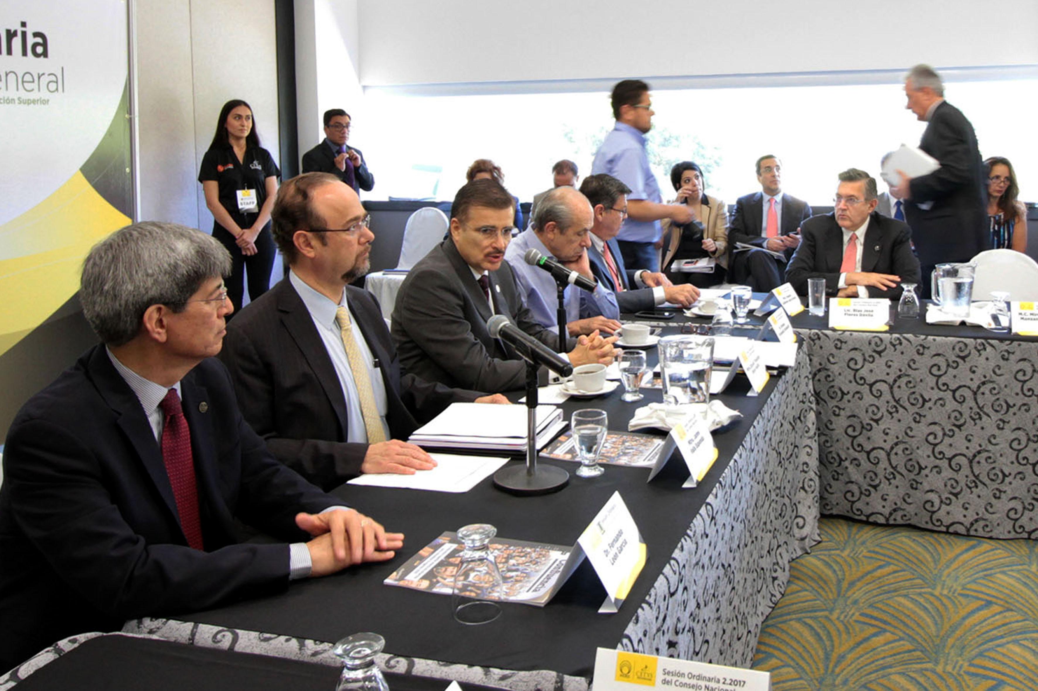 Maestro Itzcóatl Tonatiuh Bravo Padilla, Rector General de la Universidad de Guadalajara, haciendo uso de la palabra.