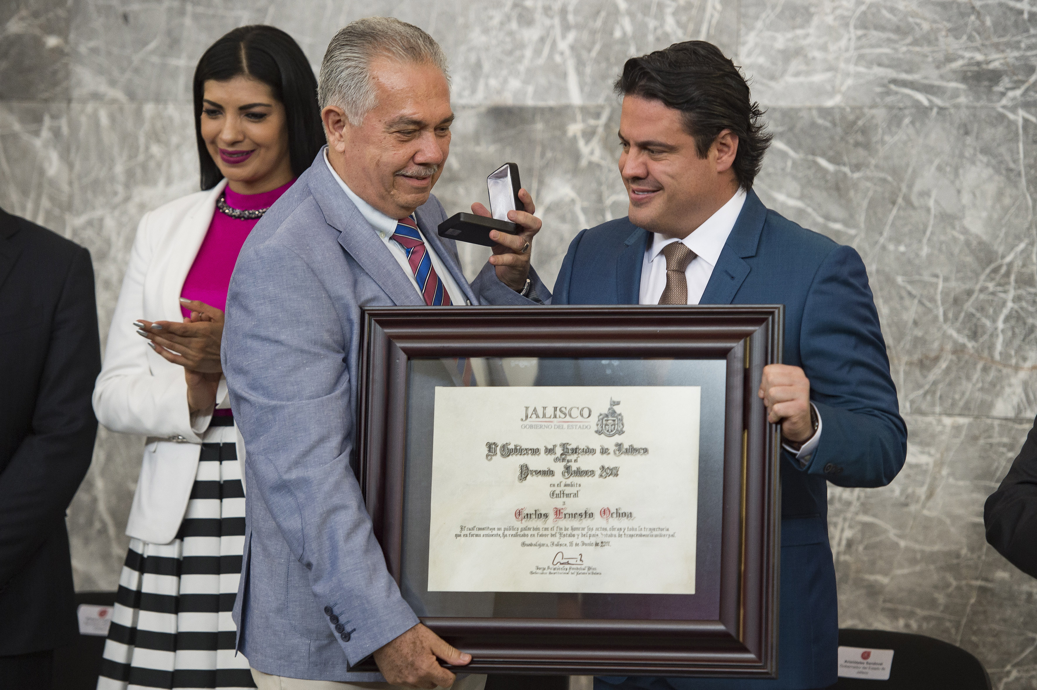 Gobernador de Jalisco, maestro Jorge Aristóteles Sandoval Díaz, haciendo entrega de reconocimiento al maestro Carlos Ernesto Ochoa, director del Ballet Folclórico de esta Casa de Estudio