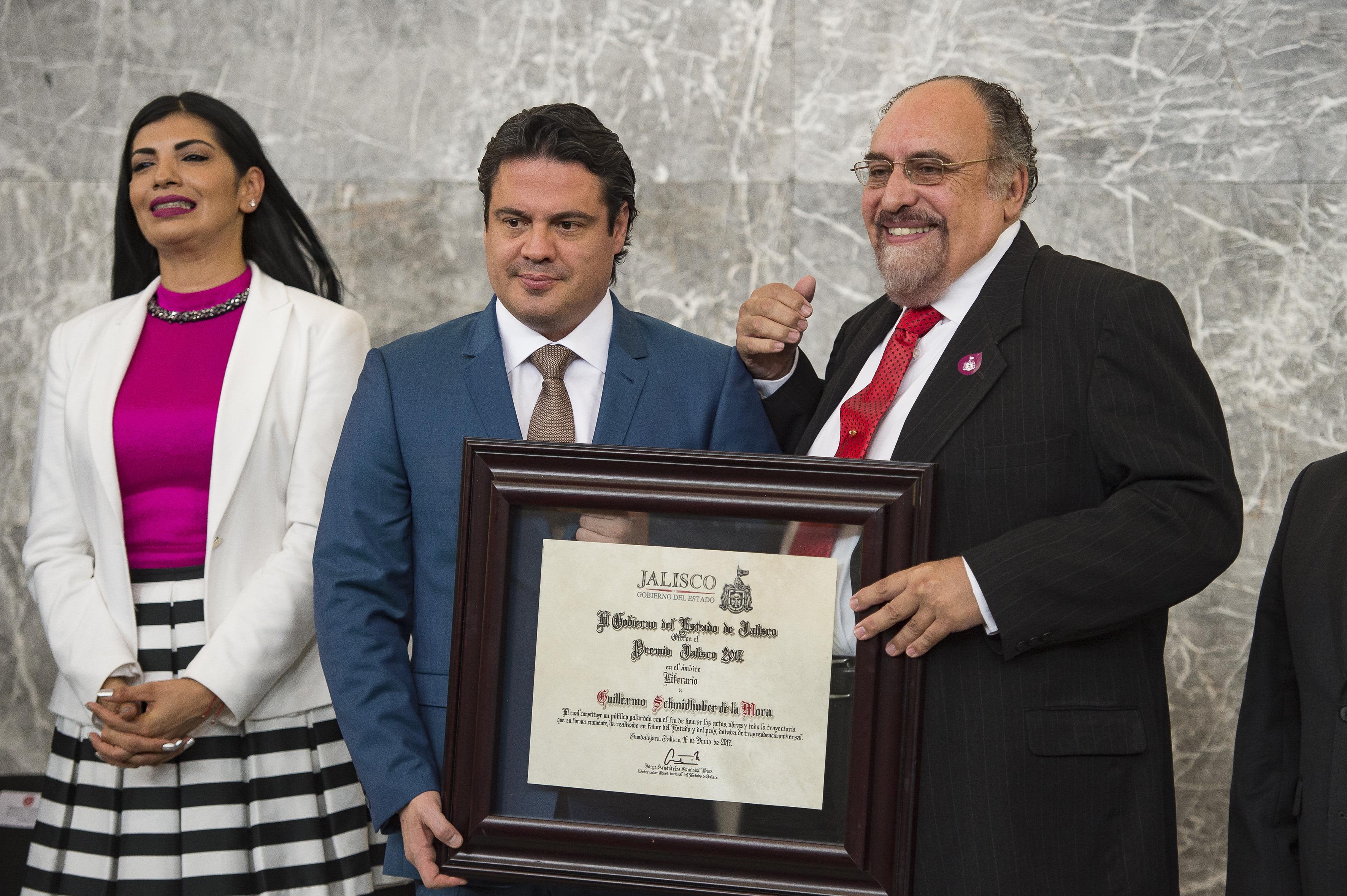 Gobernador de Jalisco, maestro Jorge Aristóteles Sandoval Díaz, haciendo entrega de reconocimiento al doctor Guillermo Schmidhuber de la Mora, investigador del CUCSH