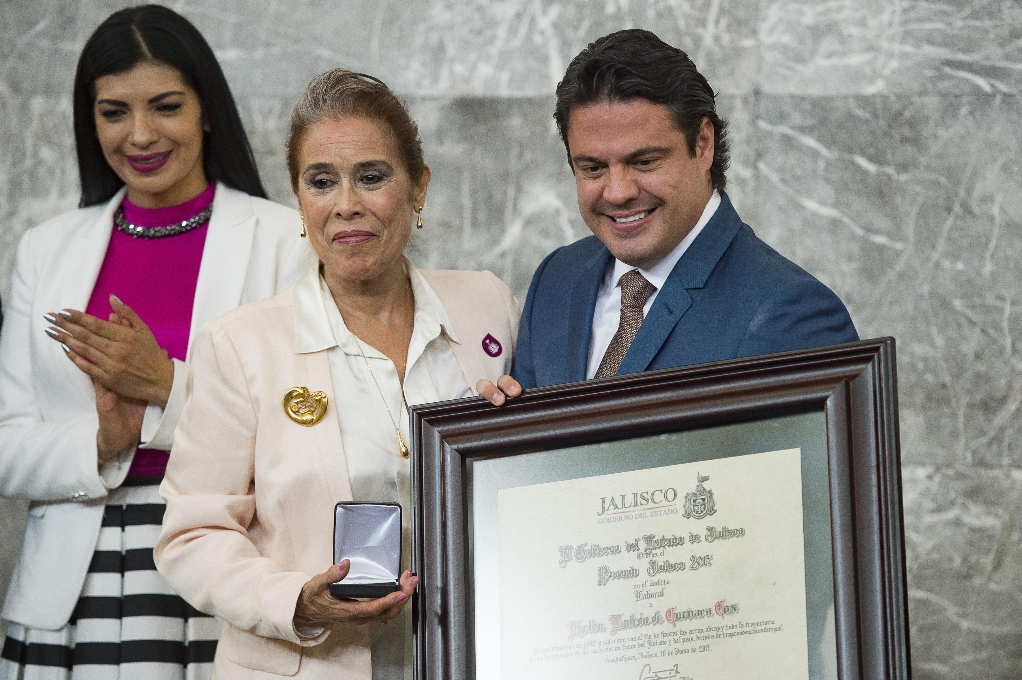 Gobernador de Jalisco, maestro Jorge Aristóteles Sandoval Díaz, haciendo entrega de reconocimiento a la maestra Helen Ladrón de Guevara Cox, primera directora del Instituto de Bibliotecas de la UdeG