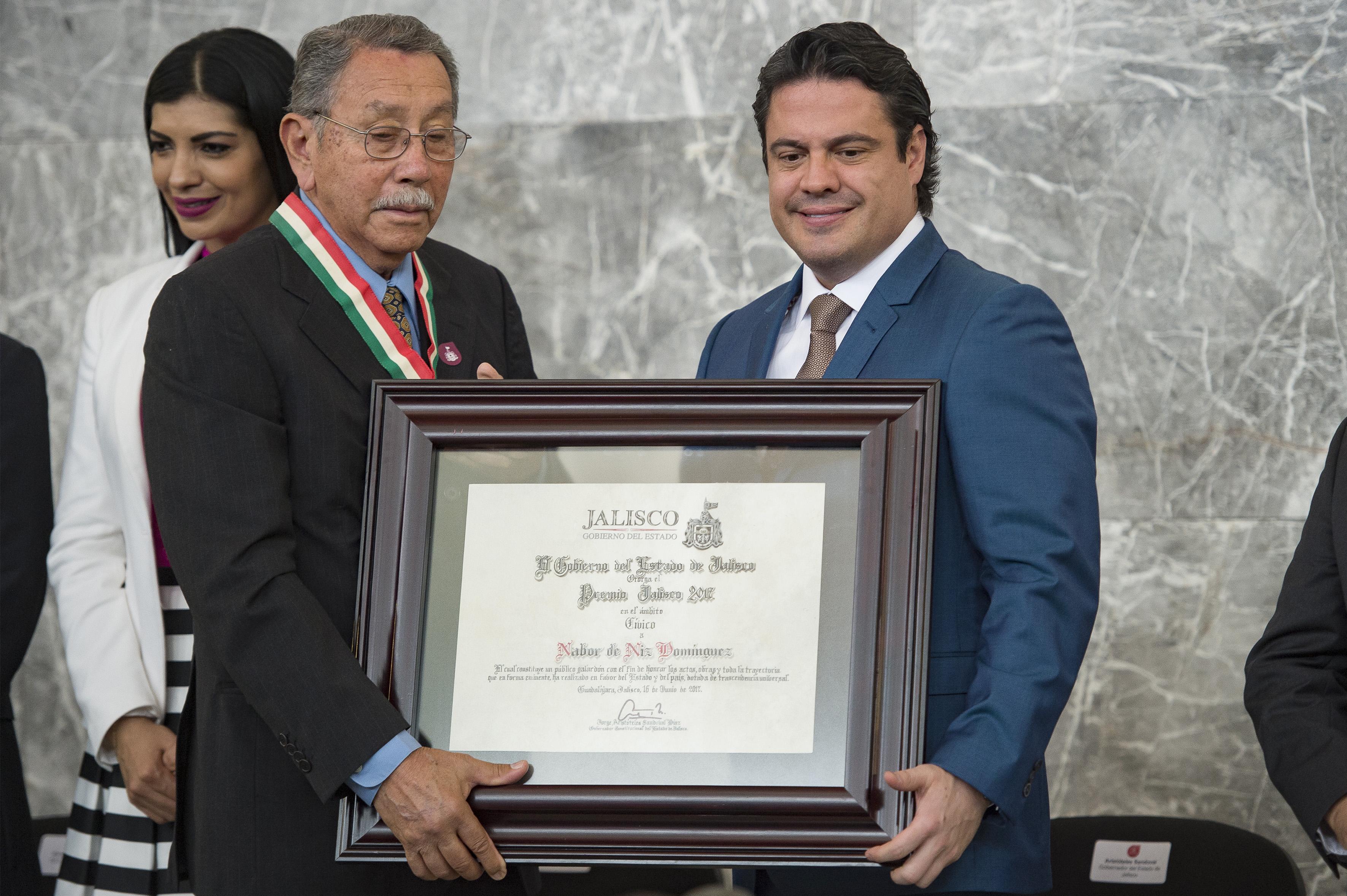 Gobernador de Jalisco, maestro Jorge Aristóteles Sandoval Díaz, haciendo entrega de reconocimiento al doctor Nabor de Niz Domínguez, cirujano y activista social de la región Costa Sur de Jalisco