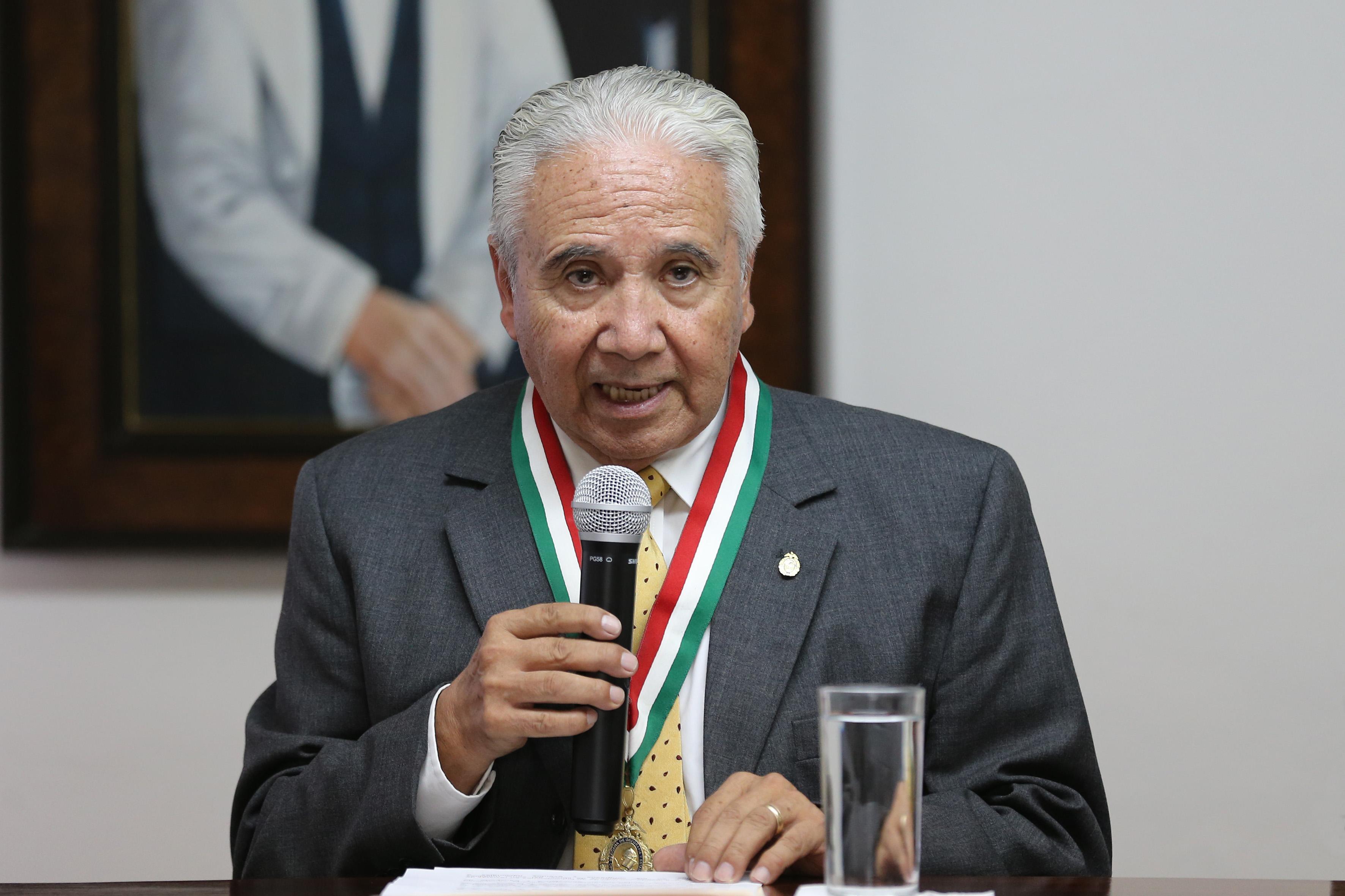 Representante de la Benemérita Sociedad de Geografía y Estadística del Estado de Jalisco, AC; con micrófono en mano haciendo uso de la palabra, durante evento.