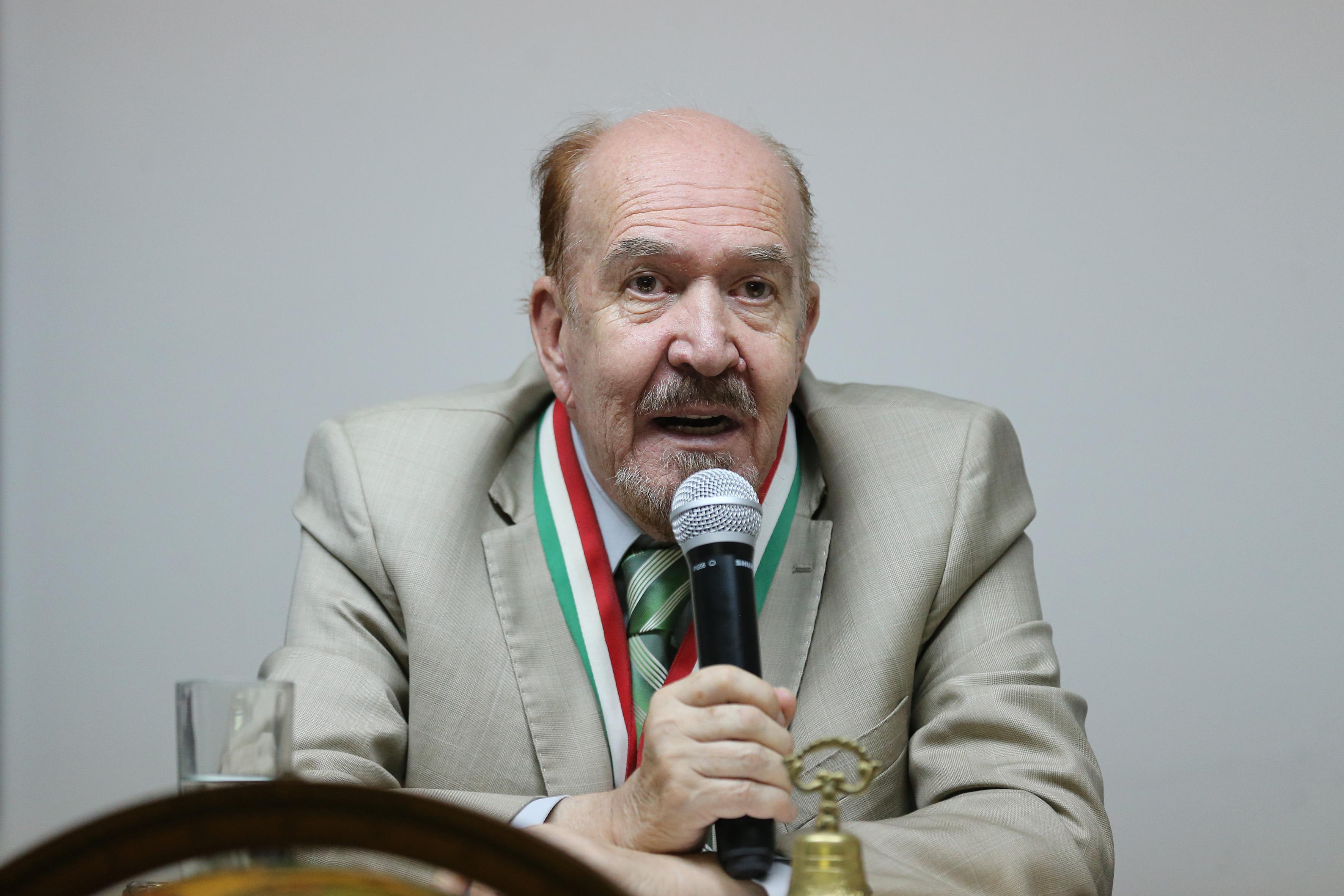 Representante y titular de la Benemérita Sociedad de Geografía y Estadística del Estado de Jalisco, AC; con micrófono en mano haciendo uso de la palabra, durante evento.