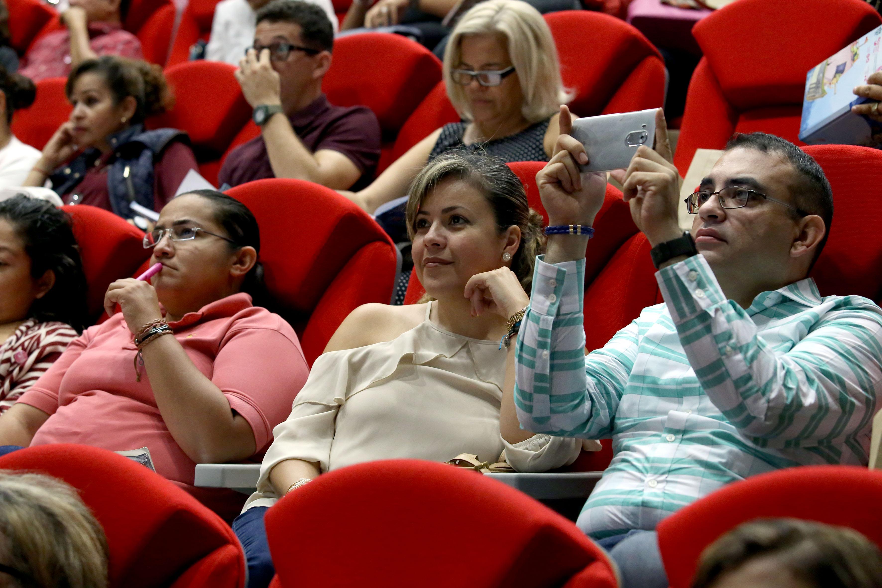 """Publico asistente a la conferencia """"Nuevos conceptos de literacidad y sus implicaciones en el desarrollo económico y social de los países"""""""
